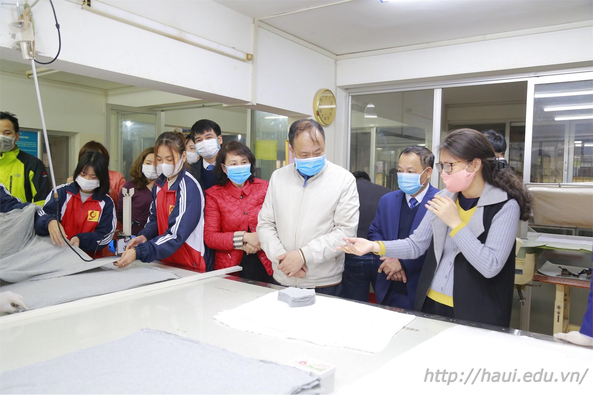 PGS.TS.Nguyễn Thị Lệ - Trưởng Khoa CN May và TKTT giới thiệu quy trình sản xuất khẩu trang tại Khoa