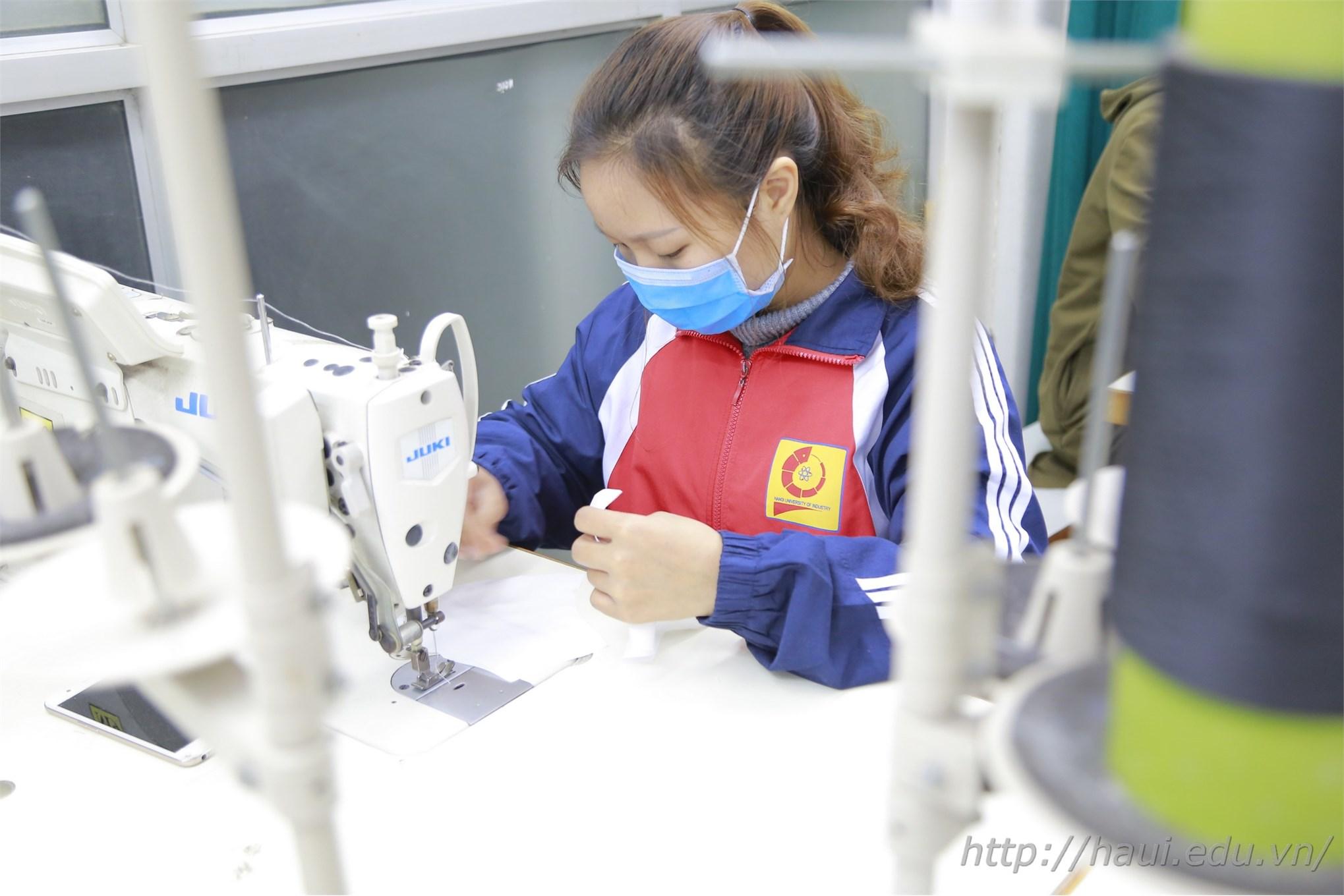 Em Nguyễn Thị Thảo Mai – sinh viên lớp May 2 đang miệt mài cùng thầy cô và các bạn may khẩu trang tại Khoa