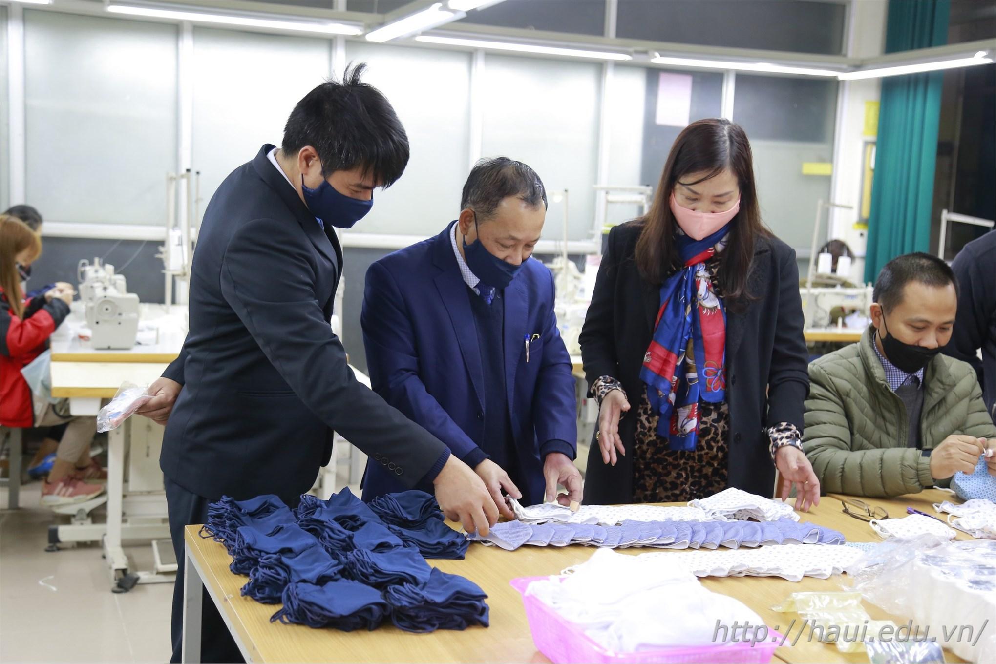 Sau sản xuất dung dịch rửa tay khô, Đại học Công nghiệp Hà Nội tiếp tục sản xuất 30.000 khẩu trang vải phát miễn phí cho sinh viên, cán bộ giảng viên nhà trường