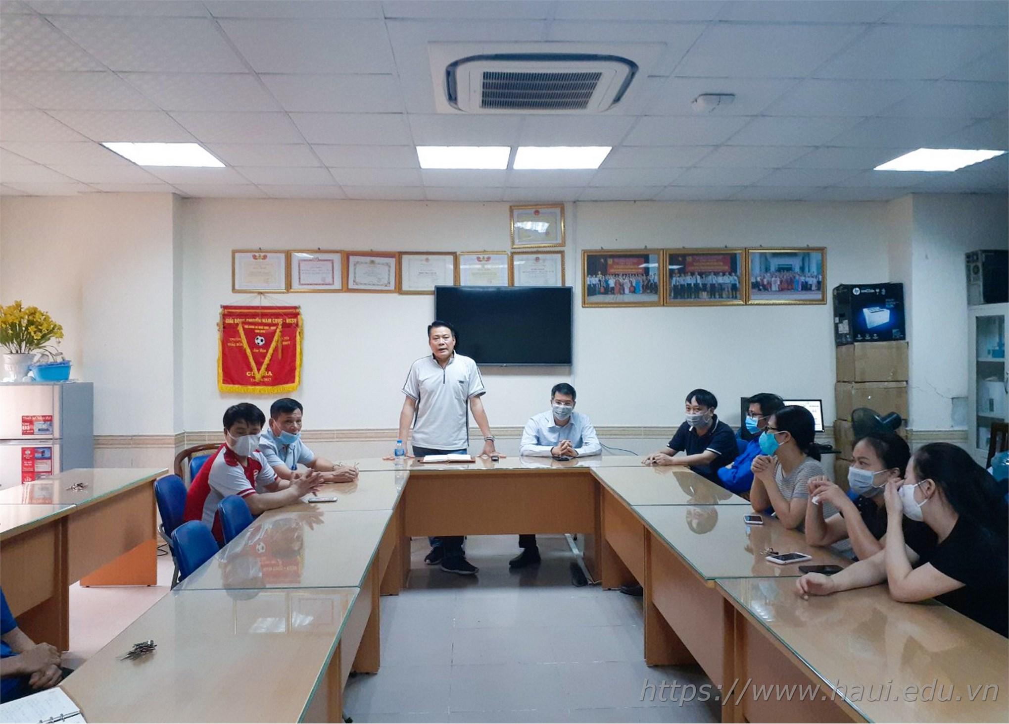 TS. Trần Phúc Hòa - Giám đốc Trung tâm Quản lý Ký túc xá trao đổi với cán bộ, nhân viên và sinh viên về công tác phòng chống dịch COVID-19