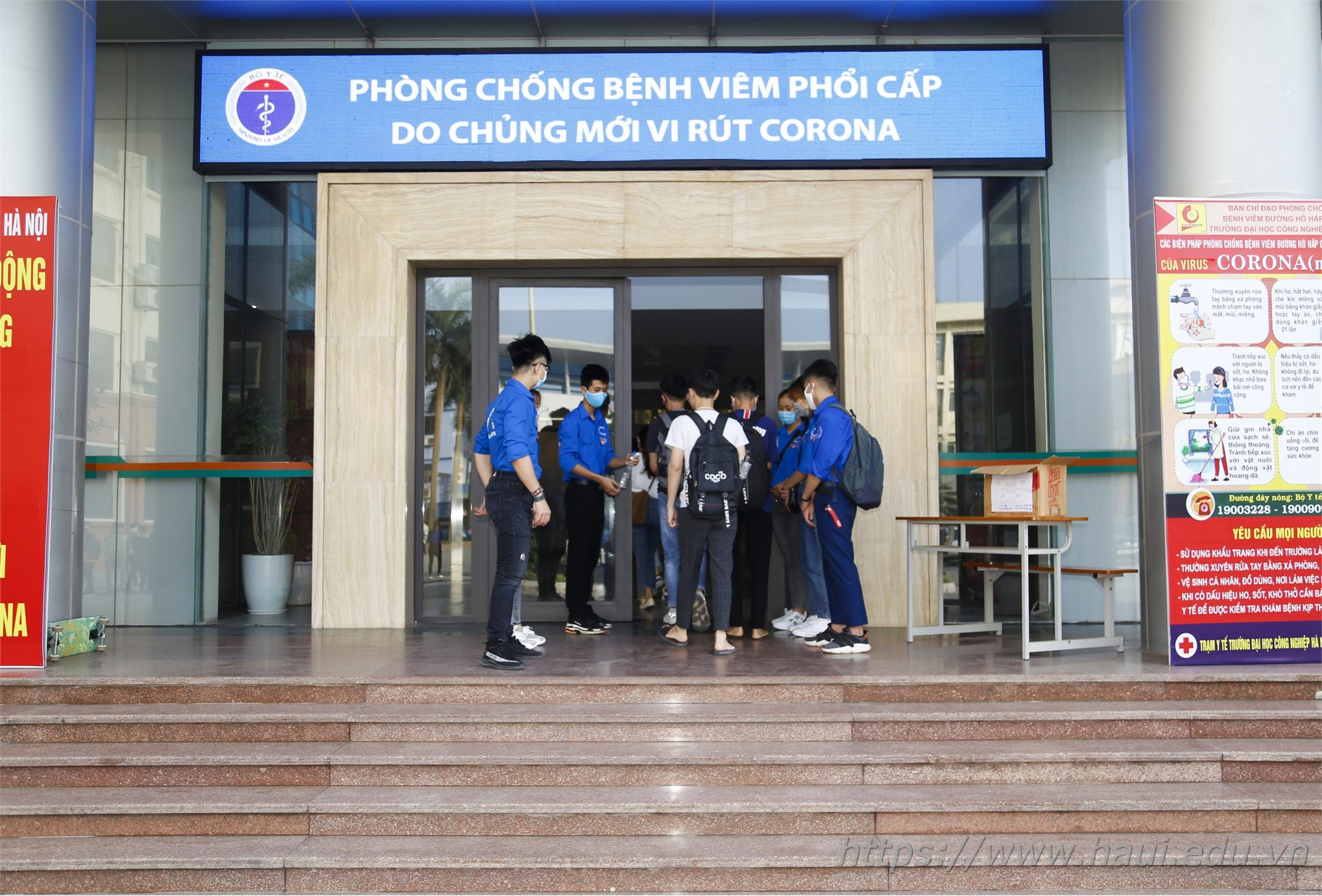 Sinh viên Đại học Công nghiệp Hà Nội hân hoan trở lại trường