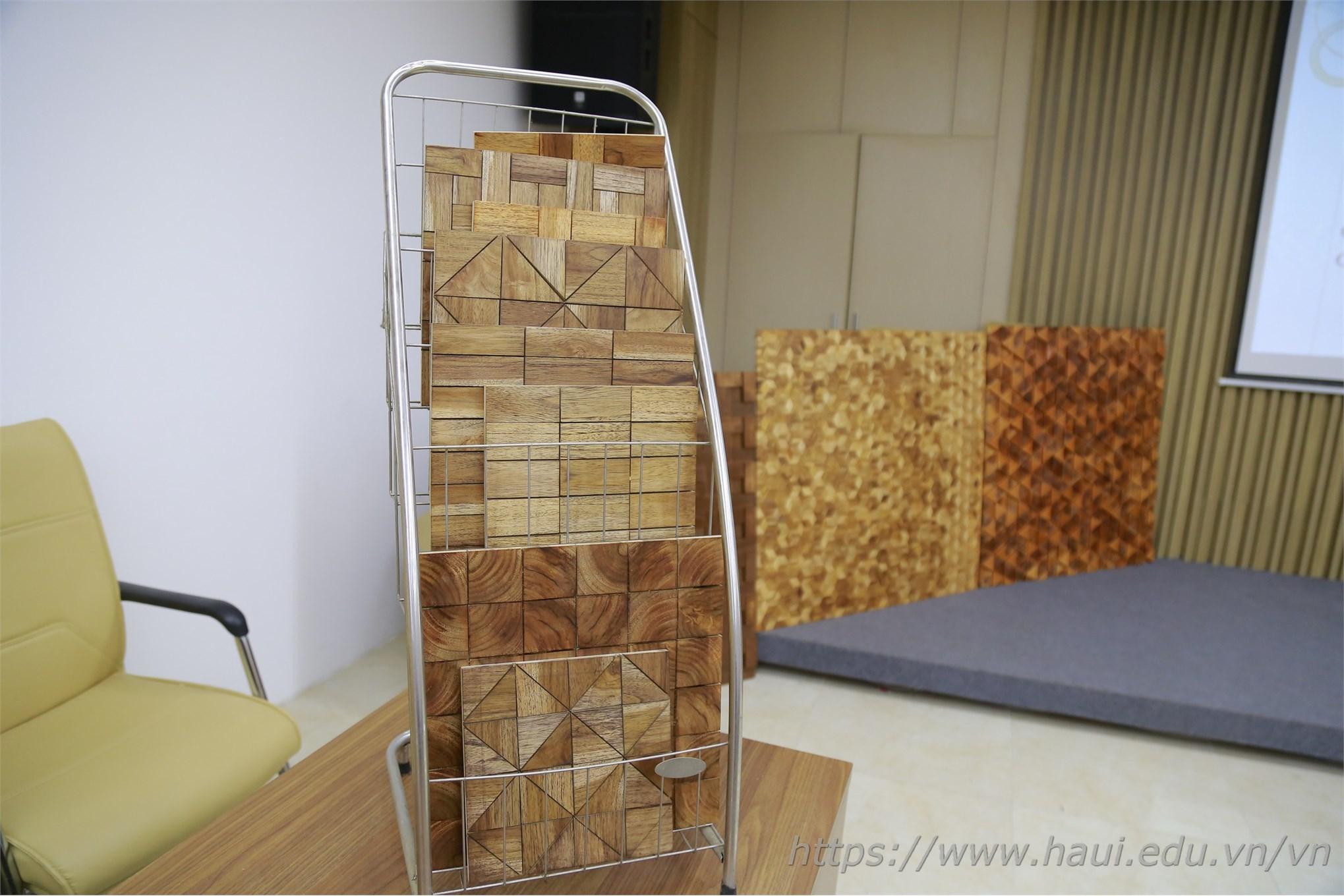 Sản phẩm tấm gỗ trang trí 3D dùng trong nội thất từ các loại gỗ rừng trồng Việt Nam được nhóm nghiên cứu sản xuất giới thiệu trong buổi nghiệm thu