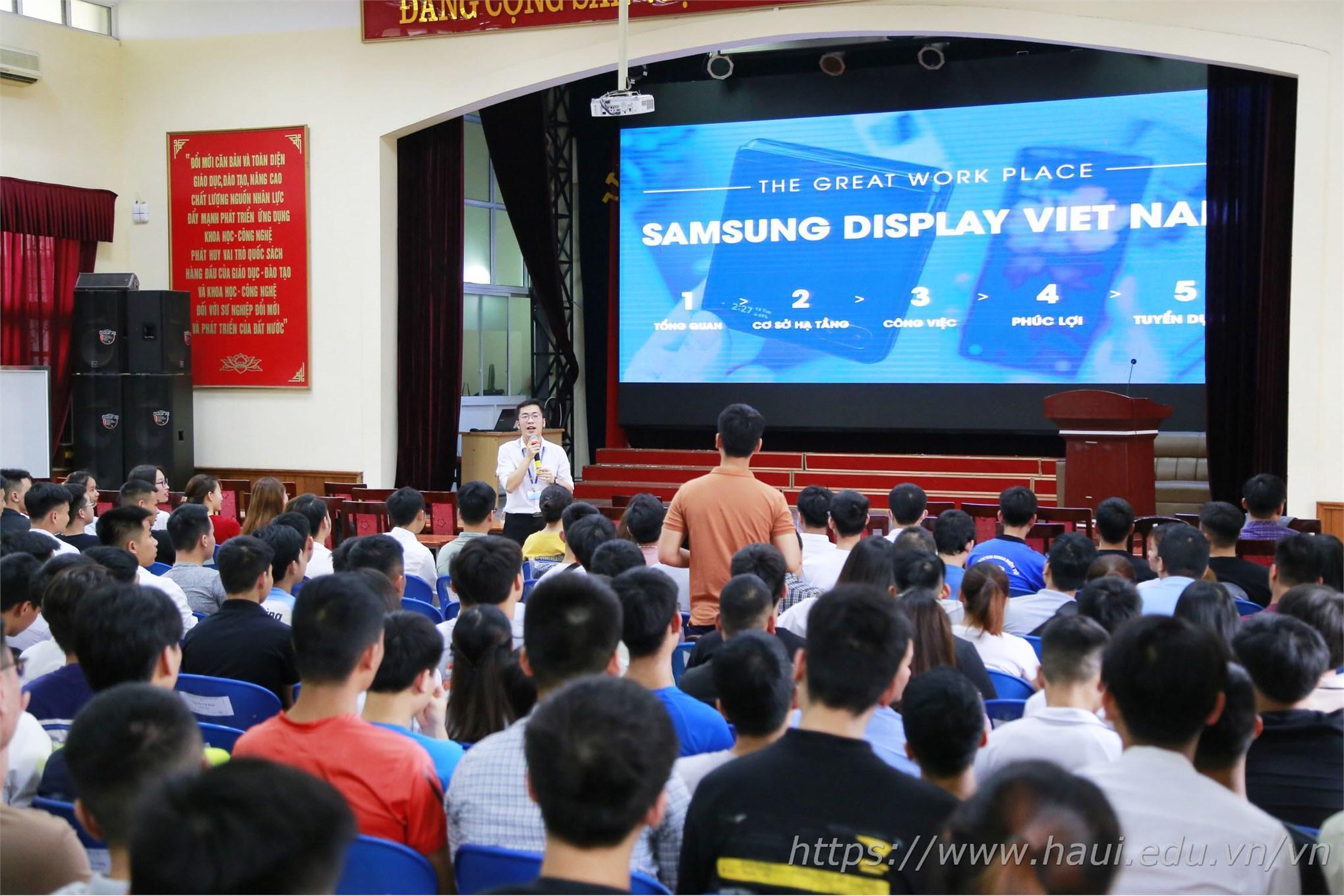 Đại diện phía Công ty TNHH Samsung Electronics Việt Nam chia sẻ những thông tin về công ty và về chương trình tuyển dụng