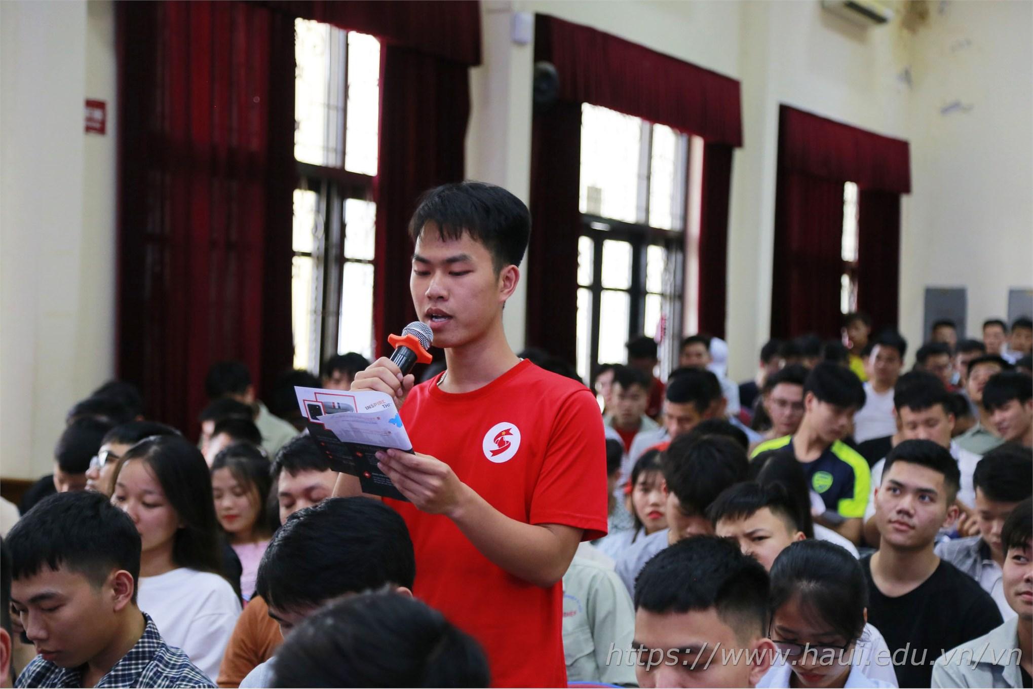 Sinh viên Đại học Công nghiệp Hà Nội giao lưu, trả lời câu hỏi trong Hội thảo