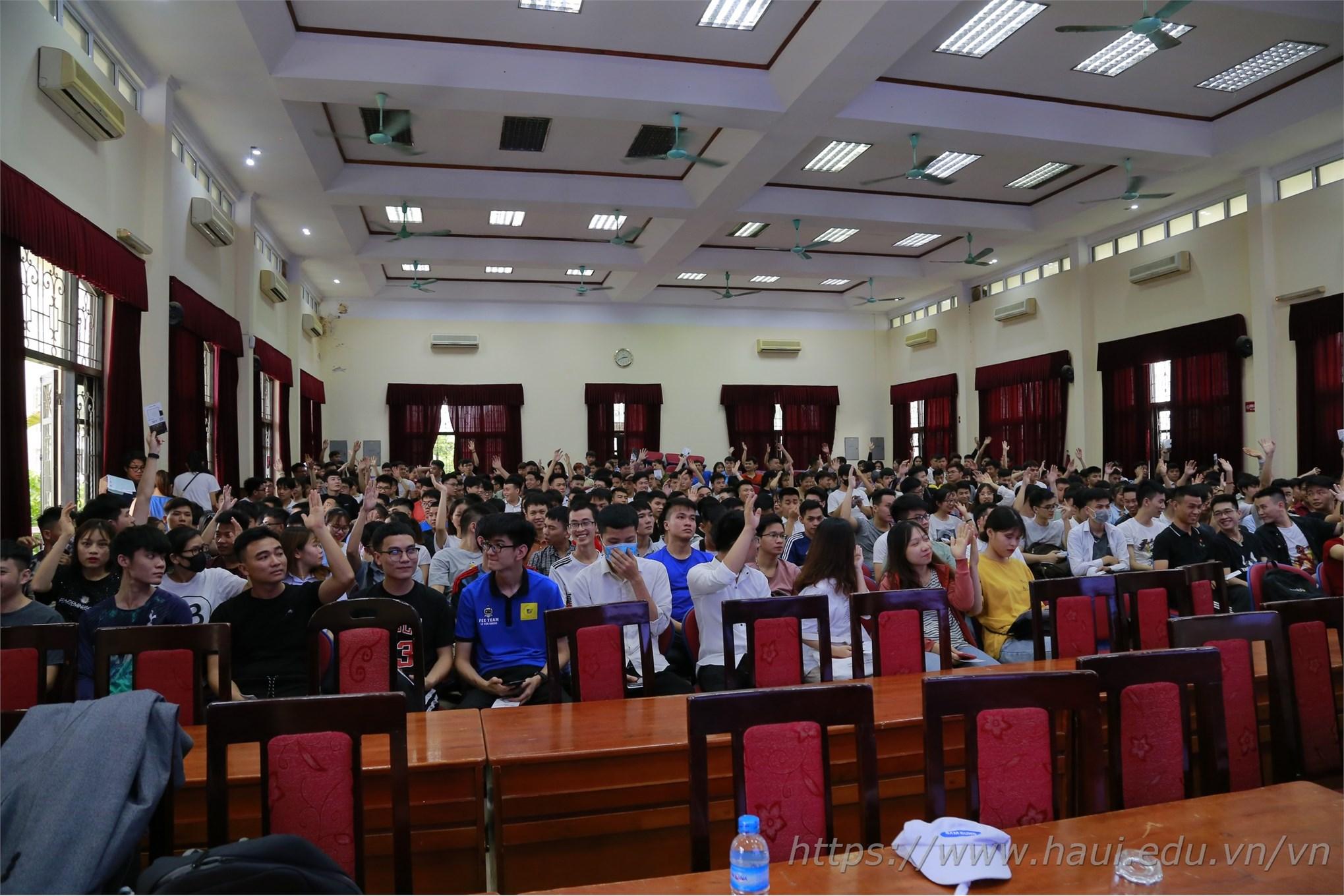 Các bạn hào hứng với những phần giao lưu tại Hội thảo cơ hội việc làm của Công ty TNHH Samsung Electronics Việt Nam