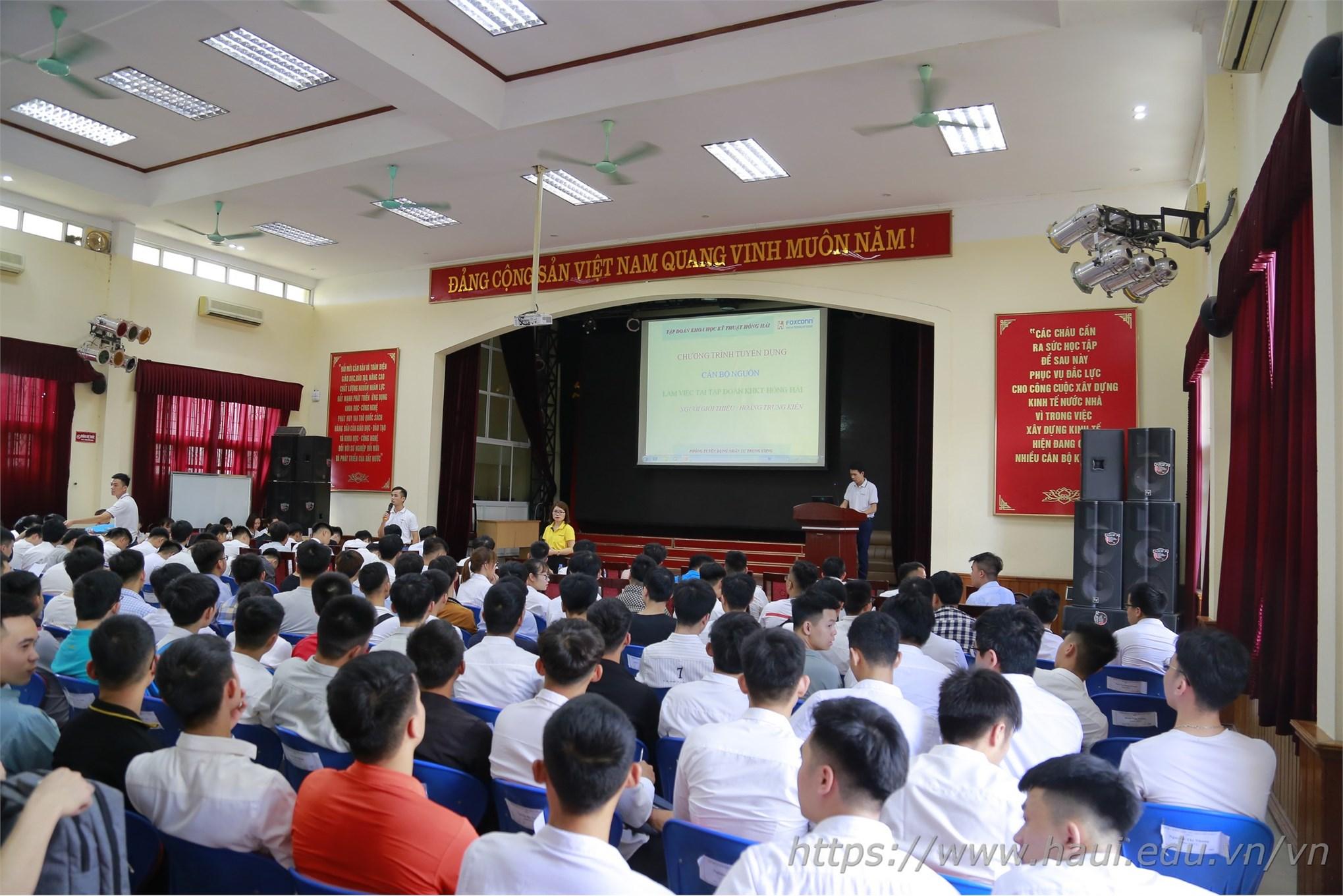 Hàng trăm sinh viên đã tốt nghiệp và sinh viên năm cuối Đại học Công nghiệp Hà Nội đã có mặt từ rất sớm tham dự Hội thảo tuyển dụng của Tập đoàn KHKT Hồng Hải
