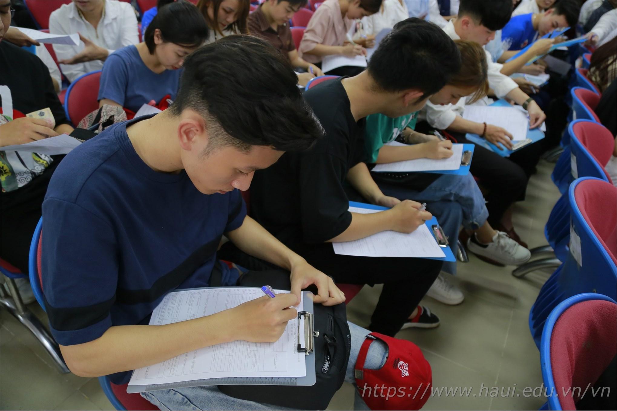 Bạn Duy Khánh – sinh viên năm cuối ngành Cơ khí đang điền những thủ tục cần thiết để hoàn thiện hồ sơ phỏng vấn trực tiếp
