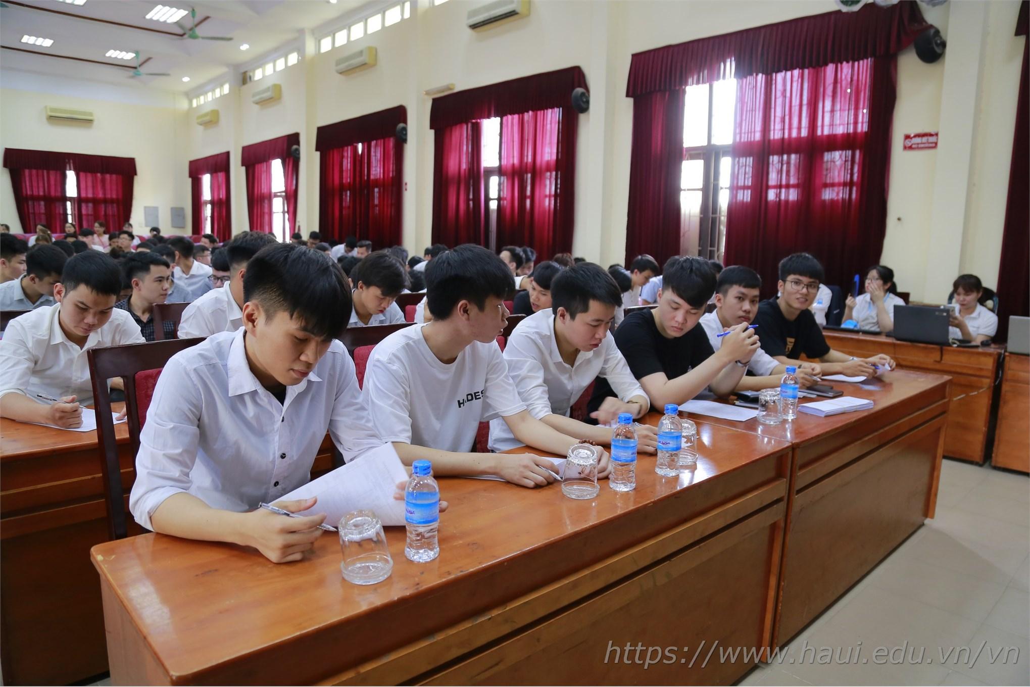 Các bạn sinh viên đang hoàn thiện thủ tục để chuẩn bị cho vòng phỏng vấn đầu tiên do Tập đoàn Hồng Hải trực tiếp tổ chức