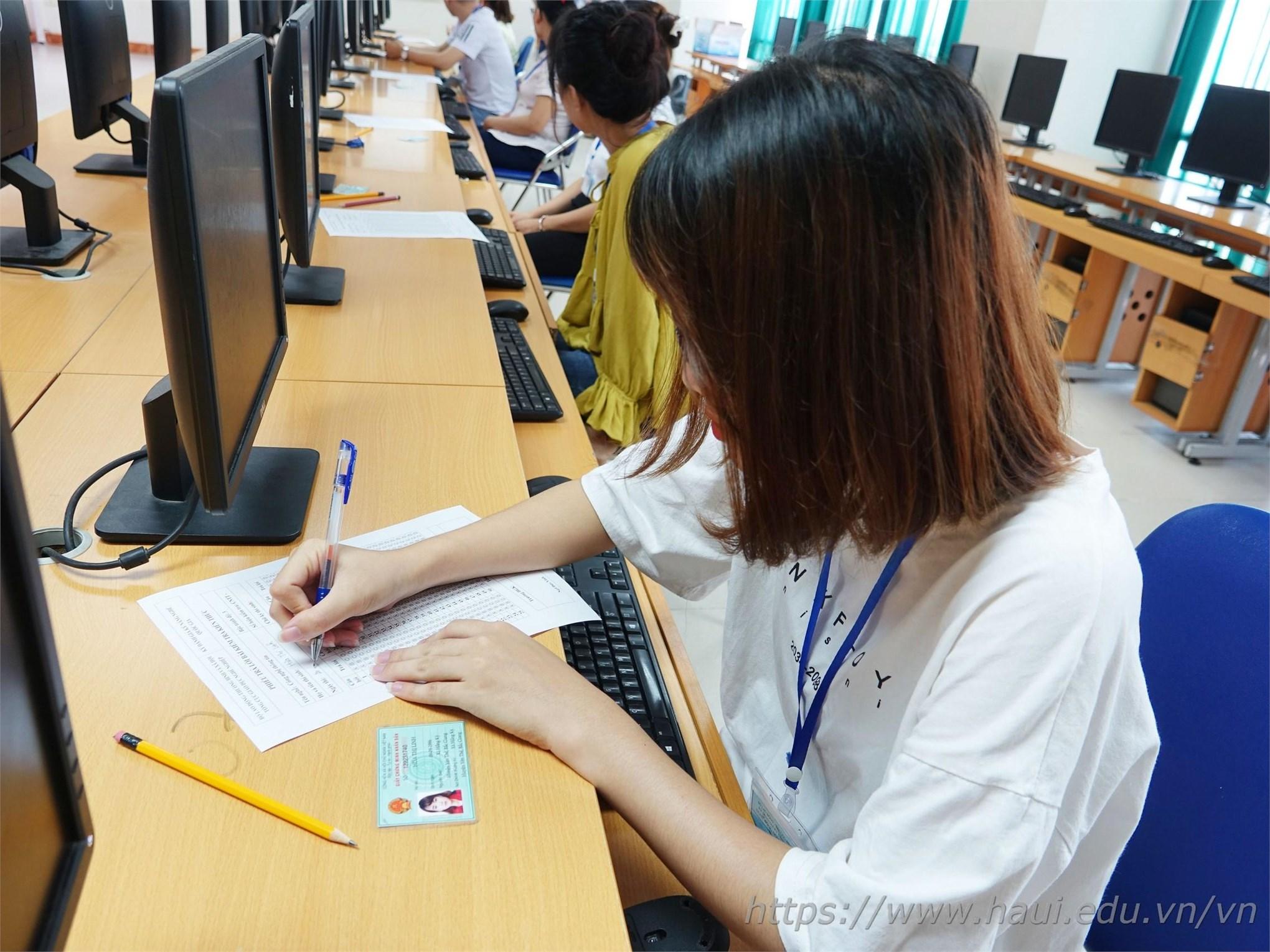 Bạn Hứa Thị Linh – Thí dự dự thi đánh giá nghề Công nghệ thông tin hoàn tất thông tin trước giờ thi