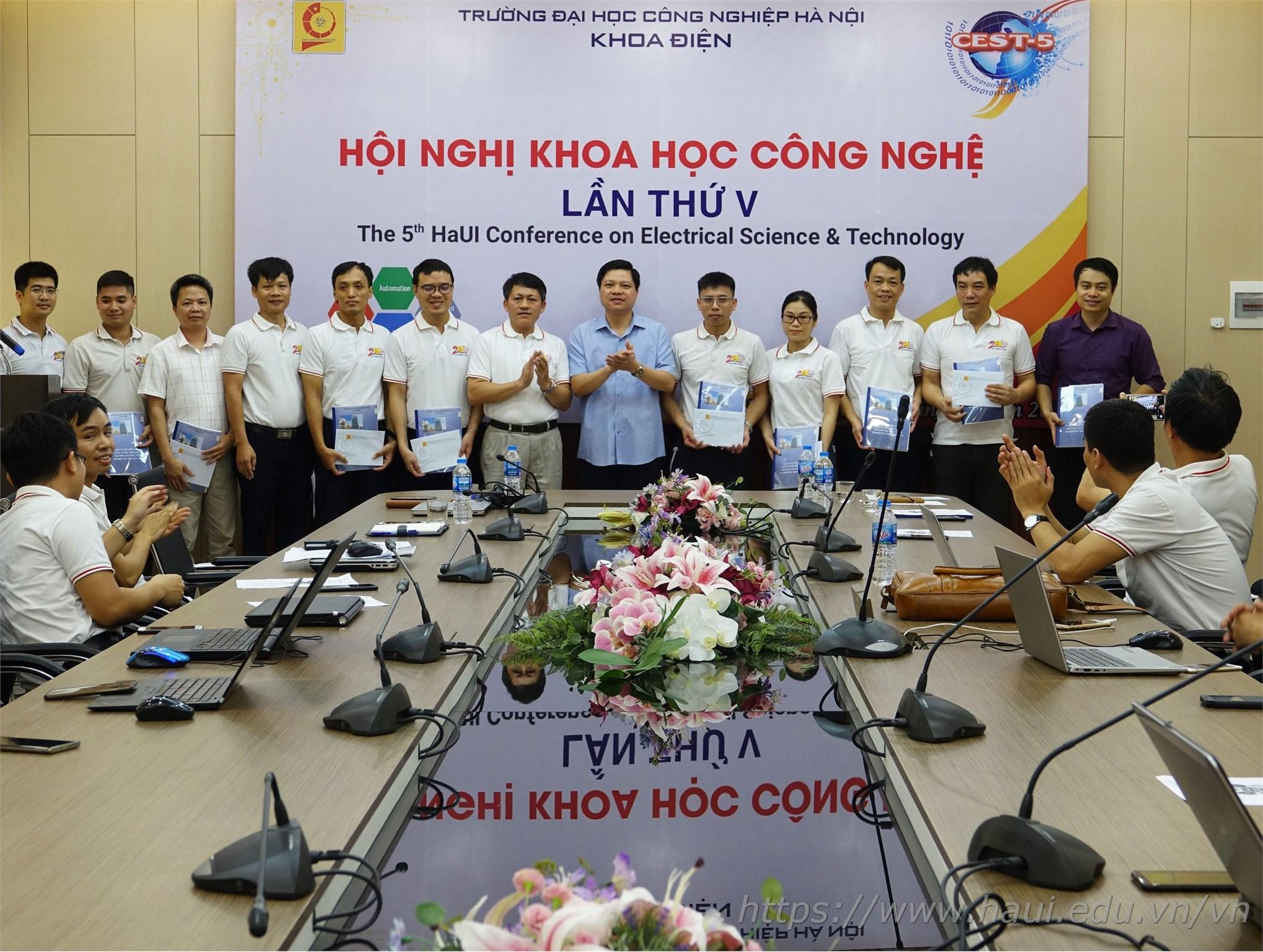 PGS.TS.Phạm Văn Đông – Trưởng phòng Khoa học Công nghệ chúc mừng Hội nghị Khoa học công nghệ lần thứ V của khoa Điện