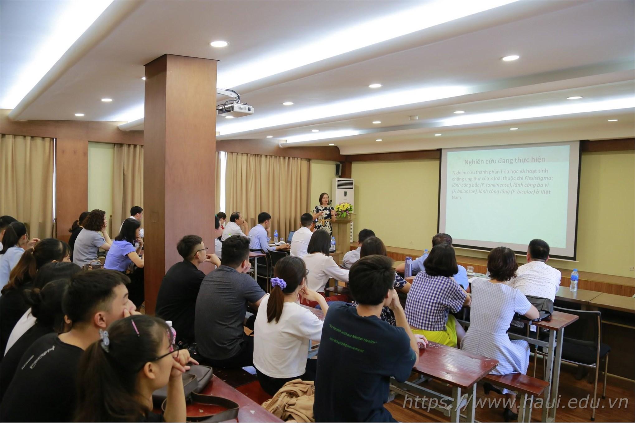 PGS.TS. Phạm Thị Thắm trình bày báo cáo tại Hội nghị khoa học Khoa Công nghệ Hóa