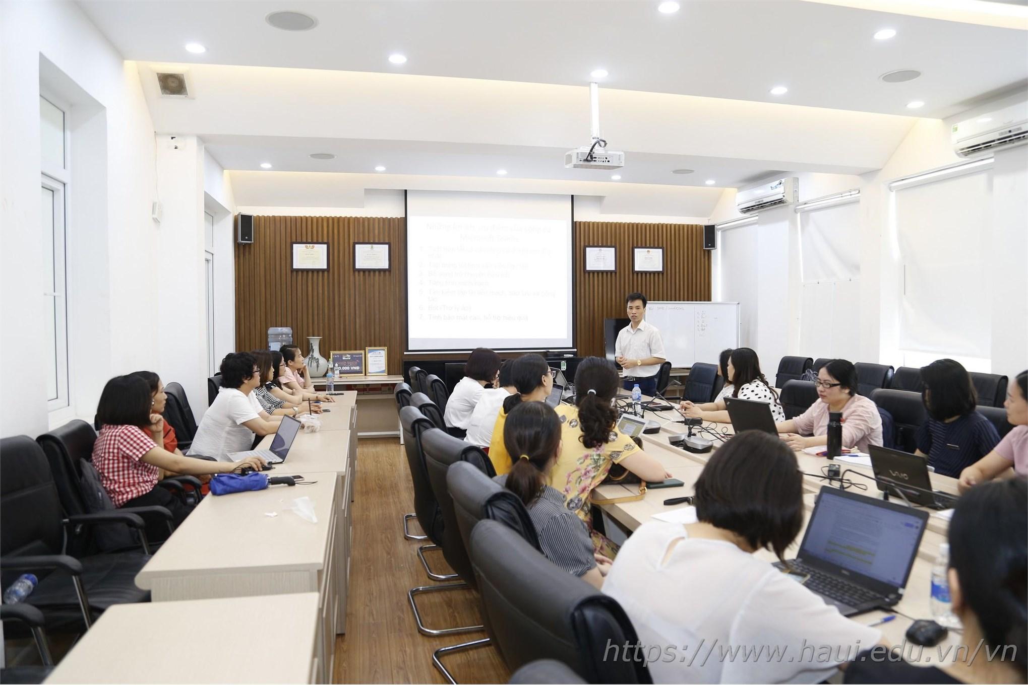 Ths. Lê Xuân Huyền trình bày báo cáo tại Hội nghị Khoa học Khoa Ngoại ngữ