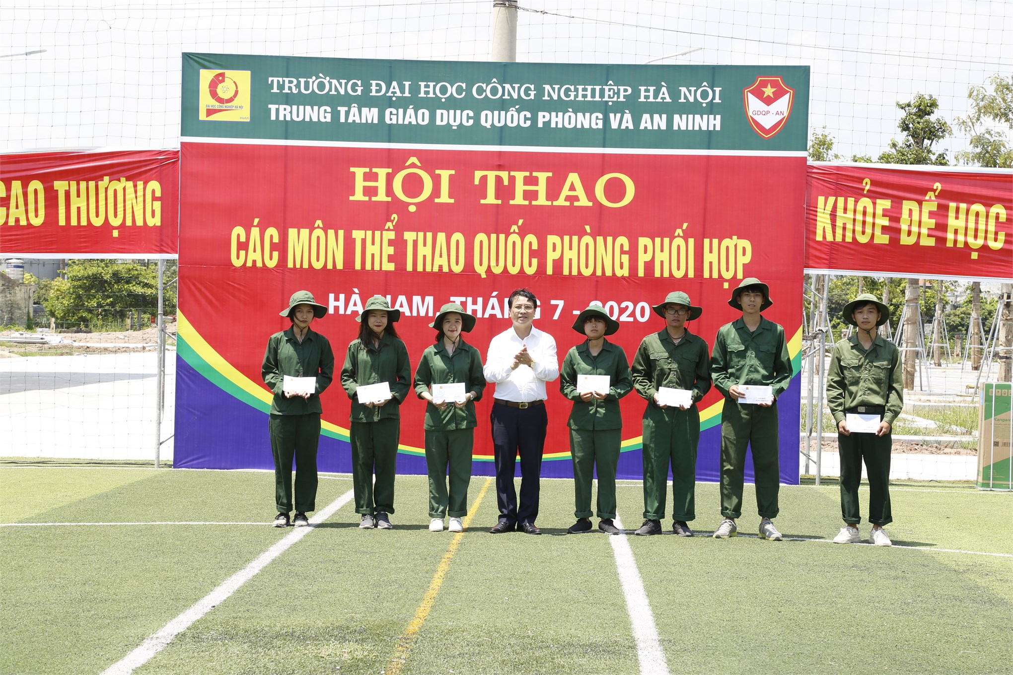Hội thao các môn thể thao quốc phòng phối hợp và giao lưu văn nghệ tại Trung tâm GDQP&AN trường Đại học Công nghiệp Hà Nội