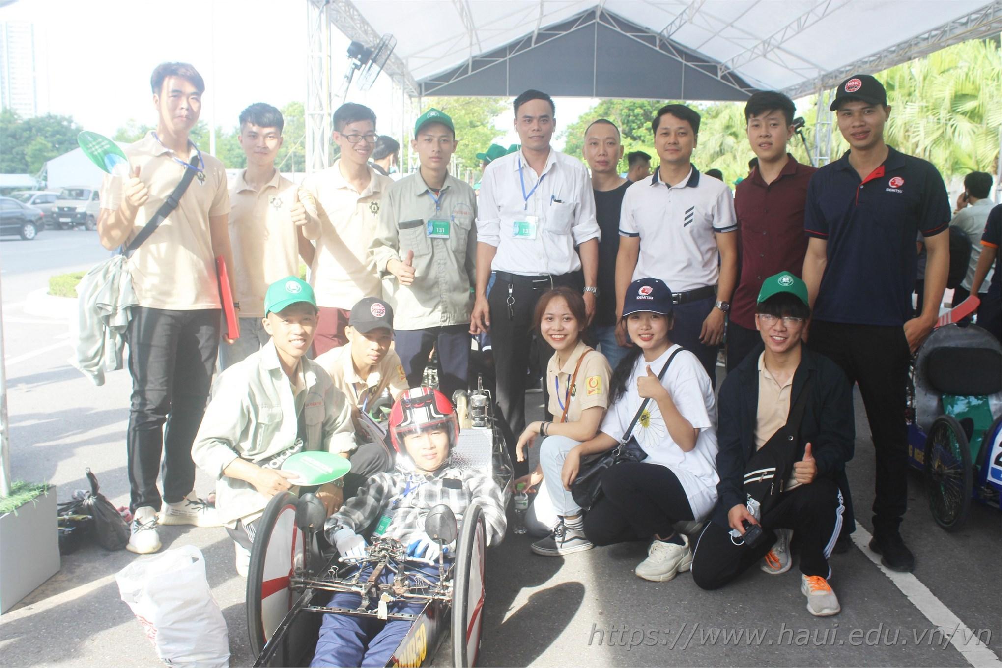 TS, Nguyễn Anh Ngọc - Trưởng khoa Công nghệ Ô tô đã có mặt từ rất sớm để cổ vũ thầy và trò đội tuyển Super Cup 50 trước khi tham dự cuộc đua chính thức