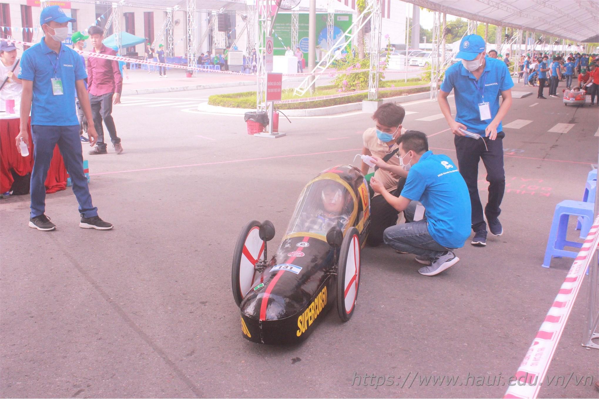 Đội kỹ thuật của Ban Tổ chức kiểm tra và bơm nhiên liệu lần cuối cho xe trước khi xuất phát