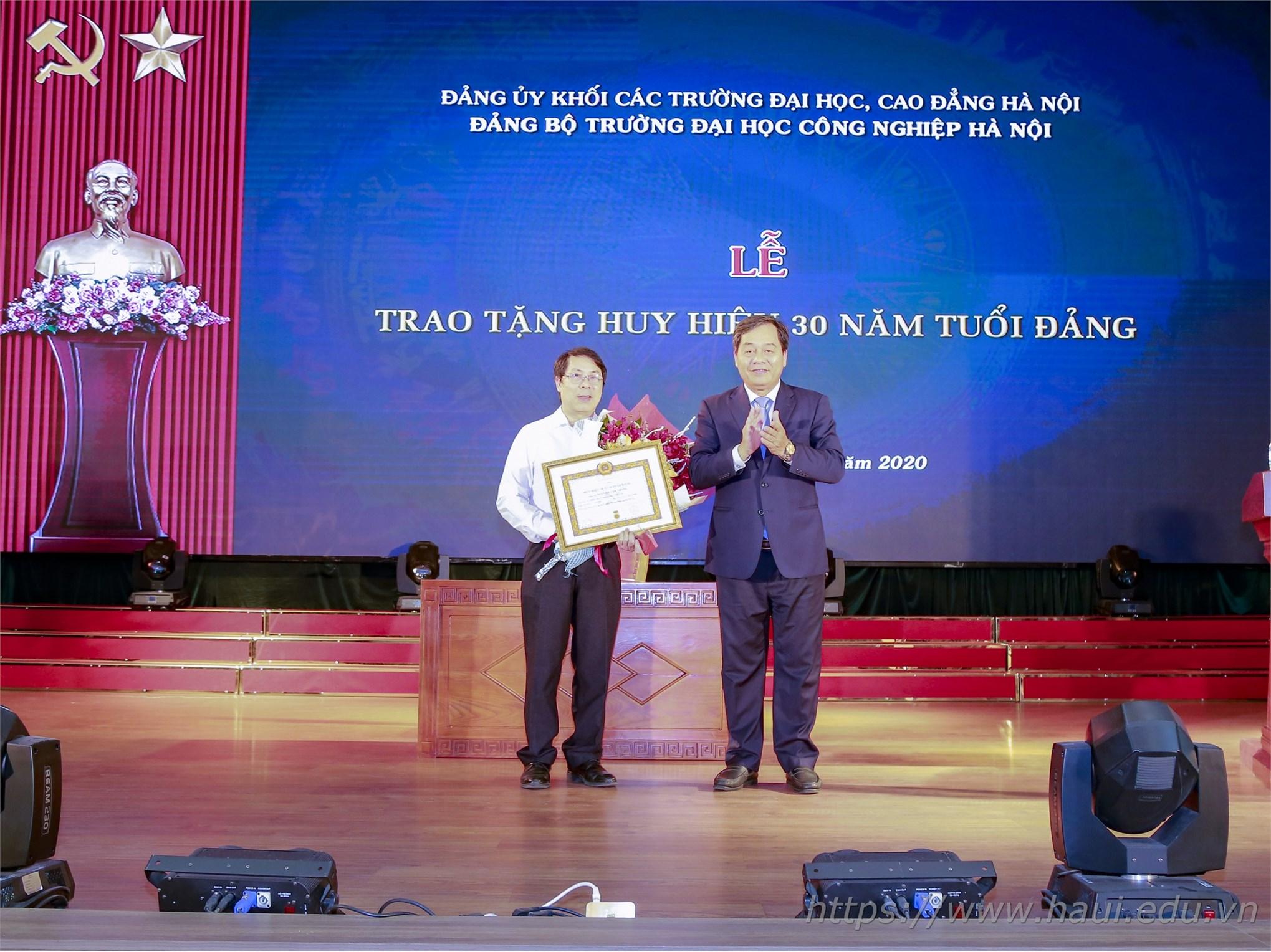 Trao tặng Huy hiệu 30 năm tuổi Đảng và Sơ kết công tác Đảng 6 tháng đầu năm 2020