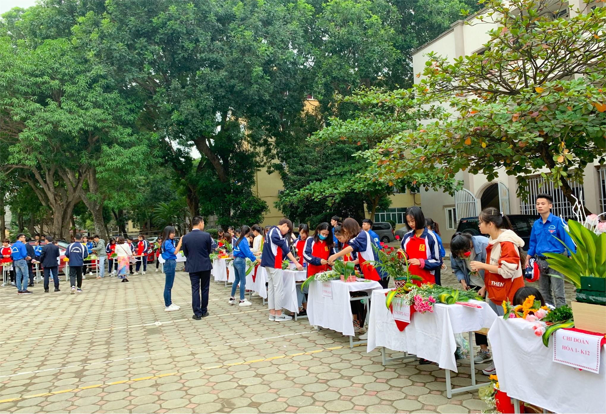 Sinh viên khoa CN Hóa có cơ hội thực tập tại những doanh nghiệp lớn Sinh viên được kiến tập và thực tập tại các doanh nghiệp lớn trong nước và nước ngoài như: các doanh nghiệp thuộc Tập đoàn Hóa chất Việt Nam (Vinachem); Tập đoàn Dầu khí Việt Nam (PetroVietnam); Tập đoàn xăng dầu Việt Nam (Petrolimex) Tập đoàn Công nghiệp Than - Khoáng sản Việt Nam (Vinacomin); Tập đoàn Primer (một trong những tập đoàn hàng đầu cung cấp sản phẩm và dịch vụ trong lĩnh vực vật liệu xây dựng); Công ty TNHH Canon (Canon Việt Nam); Công Ty TNHH Nippon Paint Việt Nam; Panasonic; các Viện nghiên cứu như Viện Hàn Lâm và Công nghệ Việt Nam; Viện Hóa công nghiệp Việt Nam… Sinh viên được lựa chọn nhiều chuyên ngành học phù hợp với năng lực sở trường, sở thích và các mong muốn cá nhân khác, bao gồm: - Công nghệ Hóa vô cơ, - Công nghệ Hóa hữu cơ, - Công nghệ Hóa dầu, - Hóa phân tích, - Hóa dược. Sinh viên có cơ hội nhận nhiều học bổng và hỗ trợ học tập: học bổng của Hội hóa học Việt Nam, Hội hóa kỹ thuật Hàn Quốc, học bổng theo chương trình liên kết đào tạo của công ty NISSAN, học bổng triển vọng của KOVA, hay Nitori của Nhật Bản, và các học bổng quốc tế khác như Bridgeston, Hyundai Alumina Vina, Honda… Đoàn sinh viên ngành CNKT Hóa học - Khoa CN Hóa dự thi Olympic hóa học toàn quốc Sinh viên được tham dự các kỳ thi Olympic Hóa học toàn quốc; tham gia nghiên cứu khoa học để thỏa mãn niềm say mê khoa học đồng thời từng bước tiếp cận khoa học kỹ thuật, vận dụng kiến thức phục vụ đời sống. Trong nhứng năm qua sinh viên ngành Công nghệ kỹ thuật Hóa học Khoa Công nghệ Hóa đã đạt được nhiều thành tích cao trong các cuộc thi Olympic Hóa học toàn quốc; đã có những công trinh nghiên cứu khoa học được giải thưởng cấp Bộ; những sản phẩm khoa học được đưa vào sản xuất, chuyển giao công nghệ và thương mại hóa. Ngoài giờ lên lớp sinh viên còn được đắm mình trong không gian xanh và có thể tham gia các câu lạc bộ học thuật, khoa hoc, nghệ thuật, thể thao để thư giãn và bổ sung năng lượng tích cực.