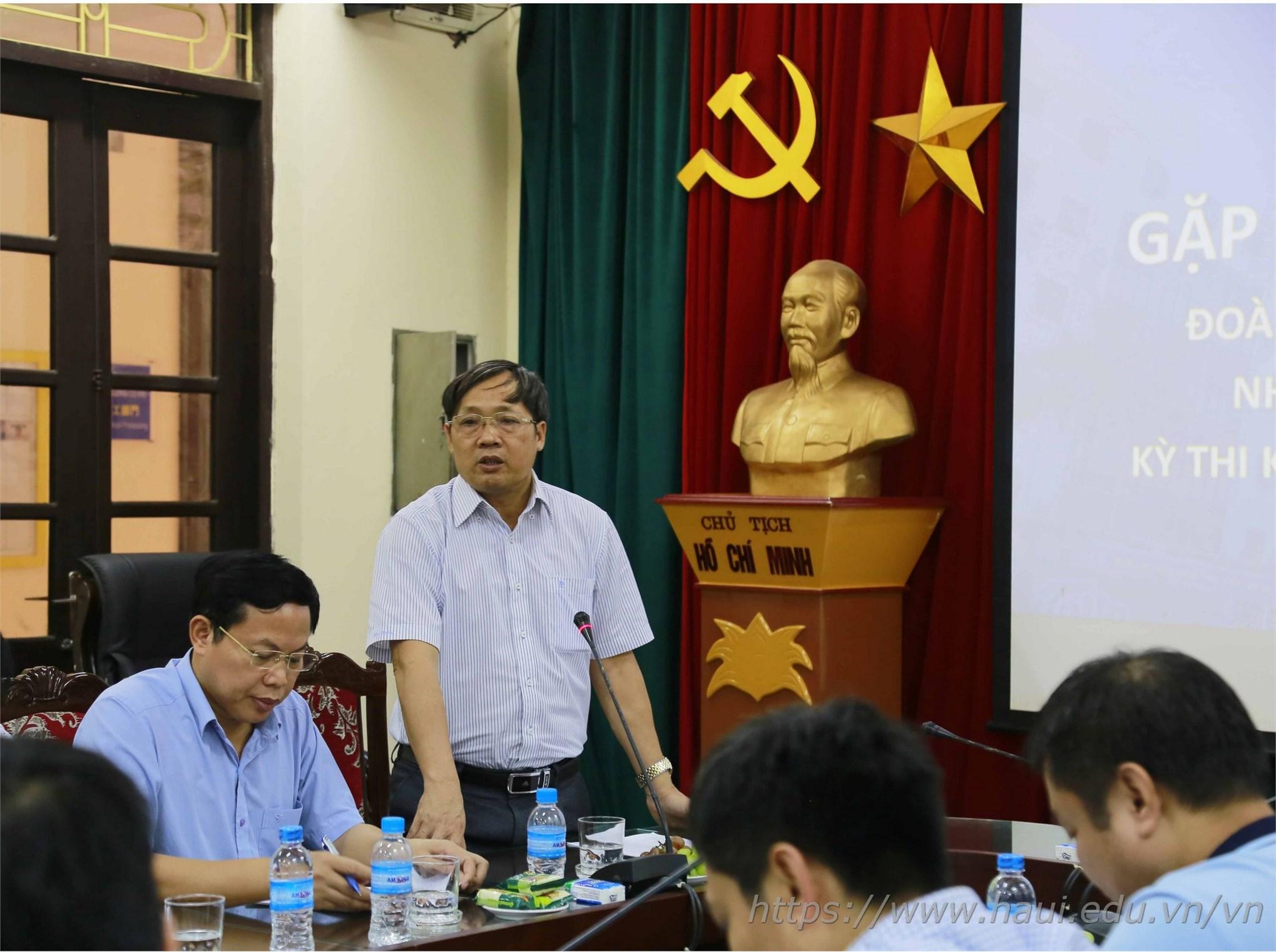 PGS.TS.Phạm Văn Bổng – Phó Hiệu trưởng Nhà trường căn dặn thầy và trò trước khi tham dự kỳ thi