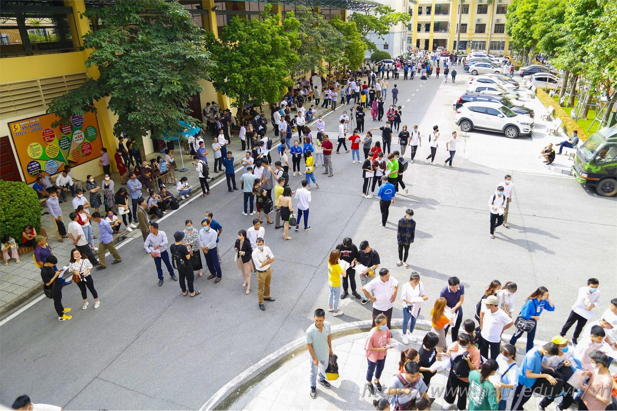 Ngay từ sáng sớm, nhiều thí sinh và phụ huynh đã có mặt trước tòa nhà A11 để làm thủ tục xác nhận nhập học