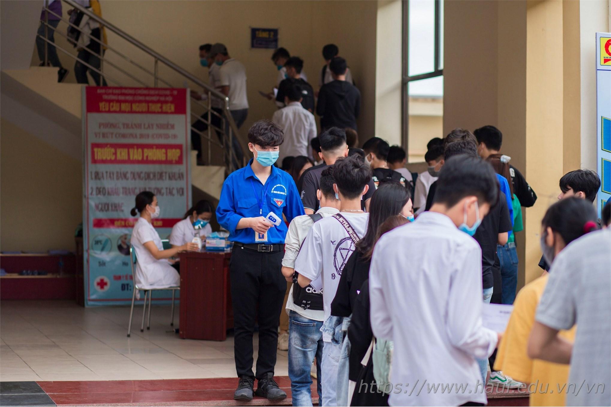 Đề cao tinh thần phòng chống Covid, đội ngũ y bác sĩ và đội sinh viên tình nguyện nhà trường đã phát khẩu trang miễn phí, đo thân nhiệt cho các thí sinh đến làm thủ tục xác nhận nhập học.