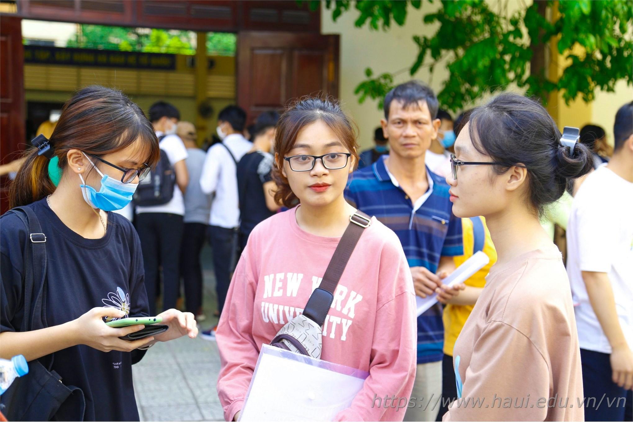 Nhóm bạn thân đến từ Bắc Ninh, cùng thi đỗ vào Đại học Công nghiệp Hà Nội đã hoàn tất thủ tục xác nhận nhập học