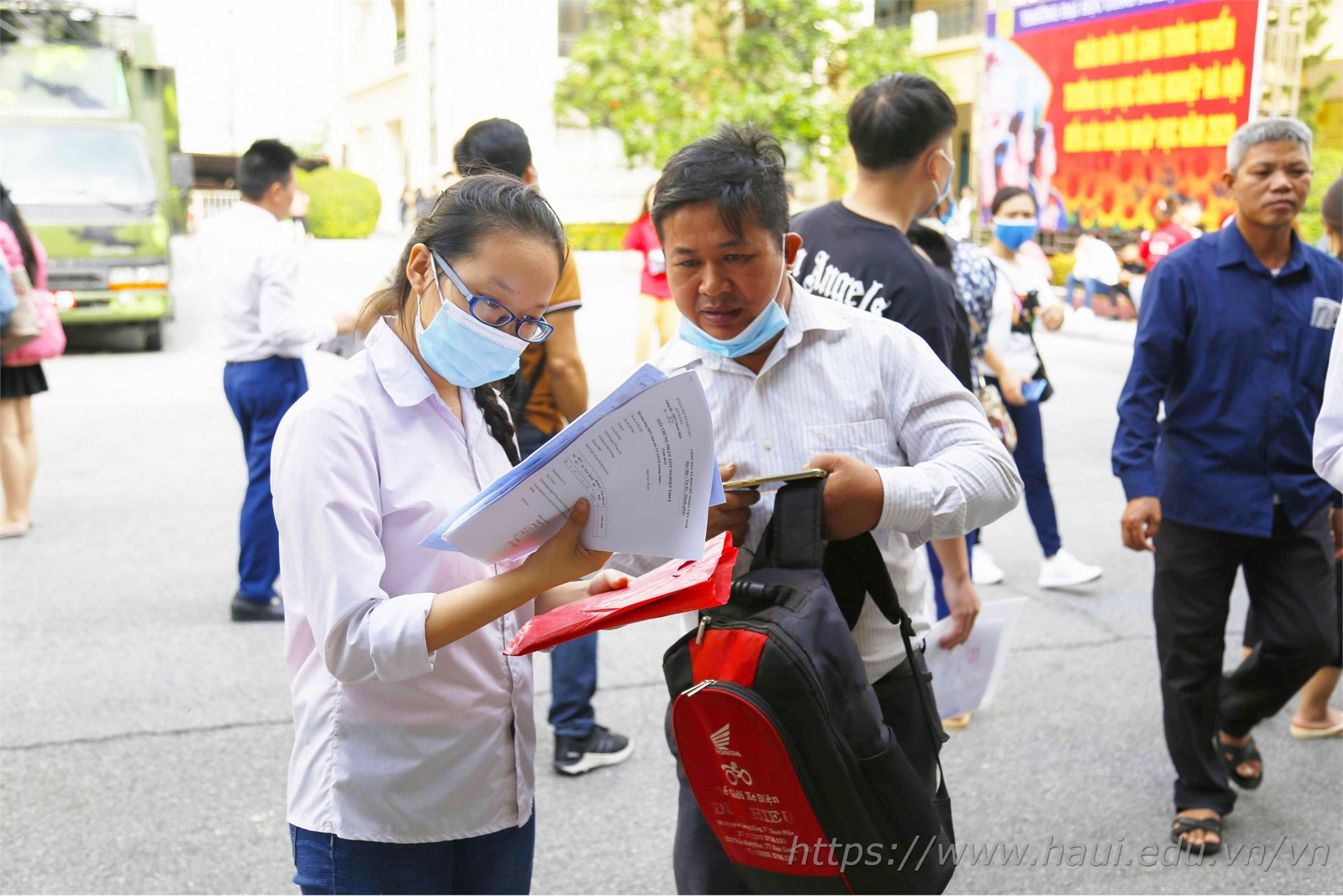 Theo Kế hoạch, thí sinh trúng tuyển có thể xác nhận nhập học bằng cách nộp Giấy chứng nhận kết quả thi THPT Quốc gia 2019 trực tiếp tại trụ sở chính trường Đại học Công nghiệp Hà Nội (số 298 đường Cầu Diễn, quận Bắc Từ Liêm, Hà Nội) từ ngày 06/10/2020 đến ngày 10/10/2020.