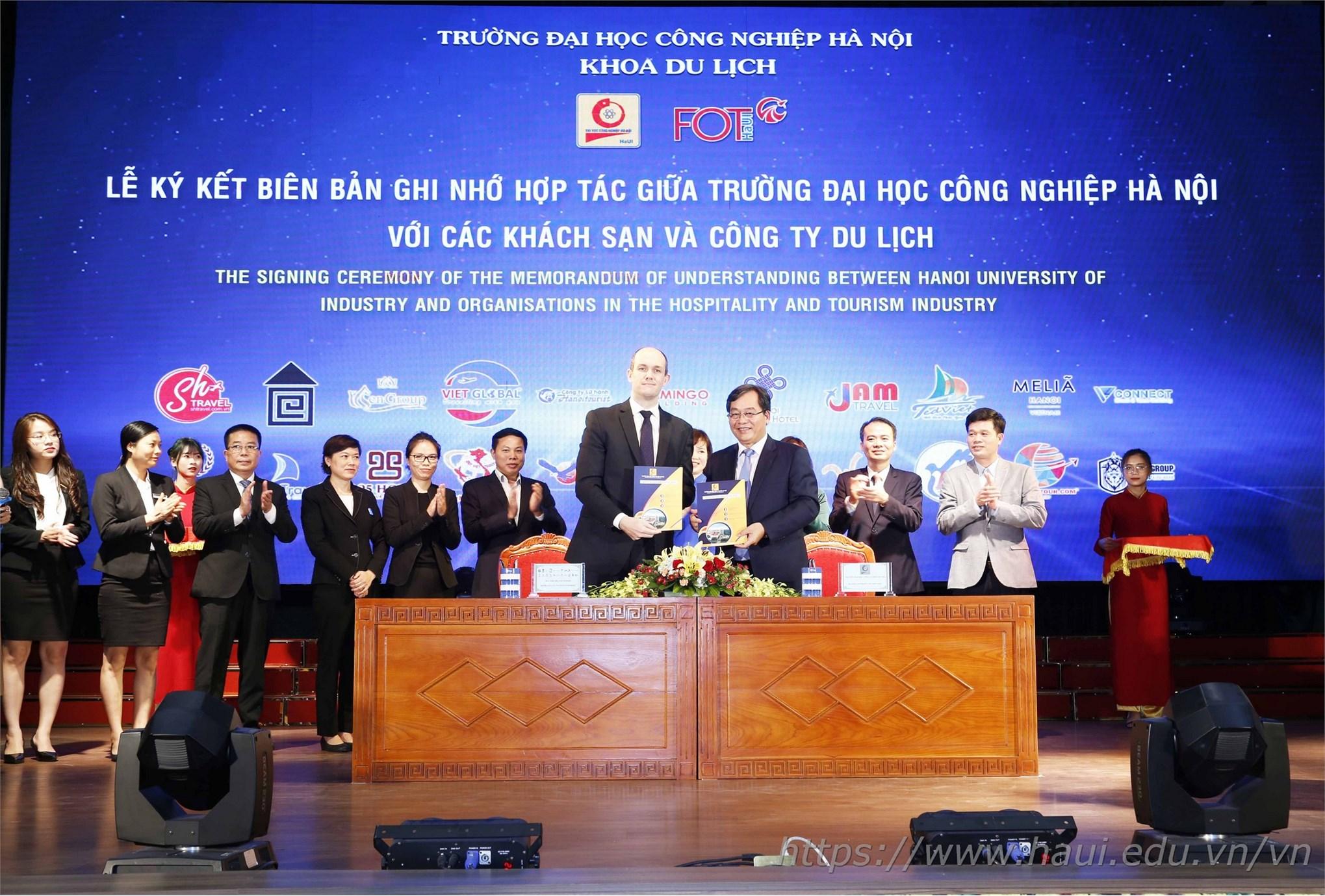 PGS.TS. Trần Đức Quý – Bí thư Đảng ủy, Hiệu trưởng nhà trường ký biên bản ghi nhớ hợp tác giữa ĐHCNHN với các khách sạn và công ty du lịch