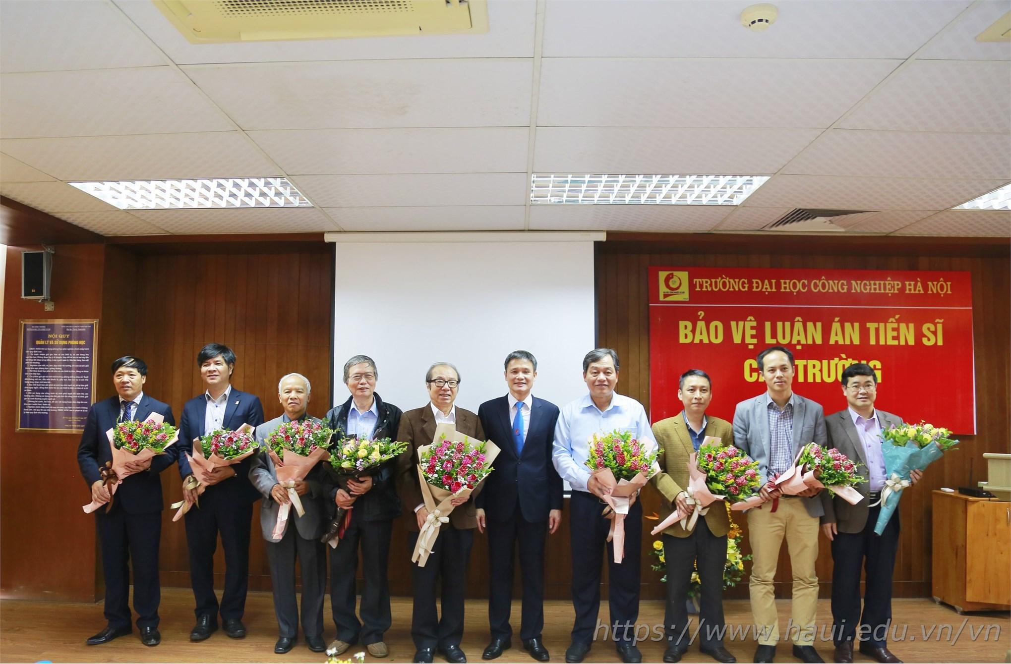 Hội đồng chúc mừng NCS Nguyễn Văn Đức bảo vệ thành công Luận án Tiến sĩ cấp trường