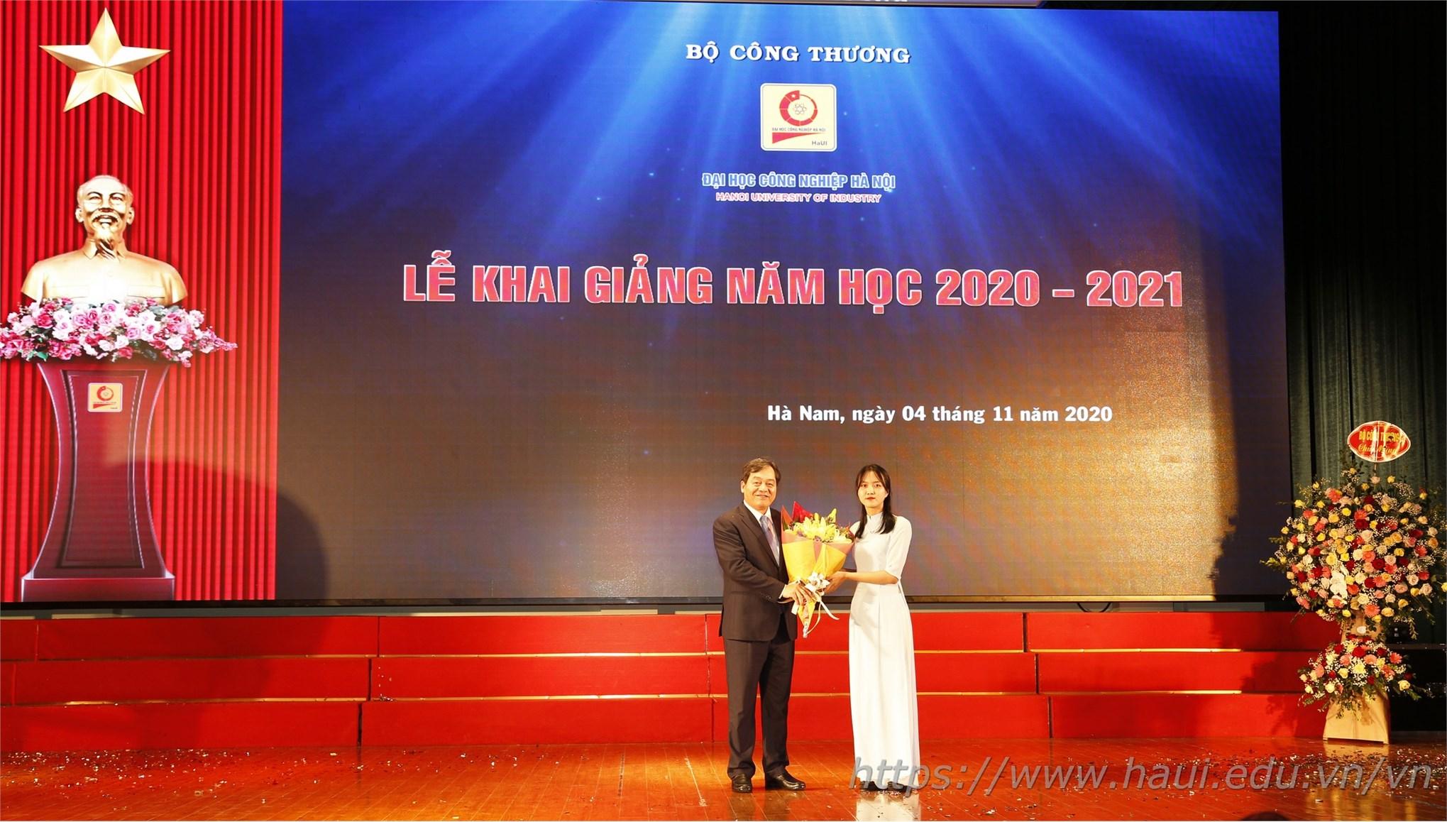 Sinh viên Cao Việt Anh đại diện cho hơn 8.000 tân sinh viên, học viên khóa mới tặng hoa chúc mừng nhà trường trong lễ khai giảng năm học 2020 - 2021