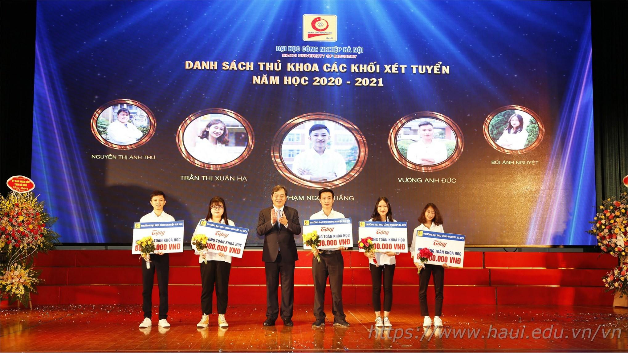 PGS.TS.Trần Đức Quý – Bí thư Đảng ủy, Hiệu trưởng nhà trường chúc mừng 5 thủ khoa đầu vào xuất sắc của ĐHCNHN