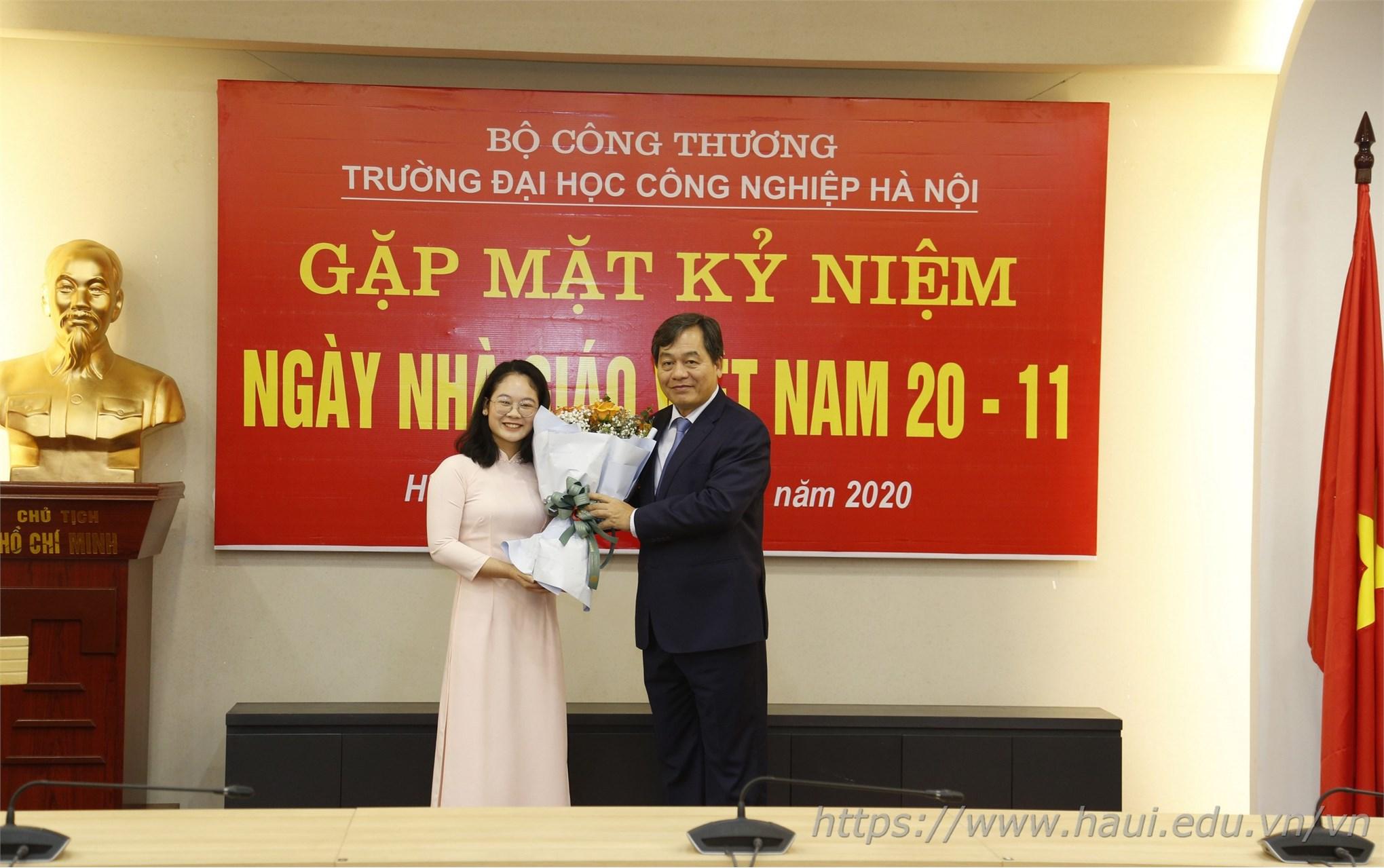 Đại diện sinh viên nhà trường tặng hoa tri ân thầy cô nhân ngày Nhà giáo Việt Nam 20/11