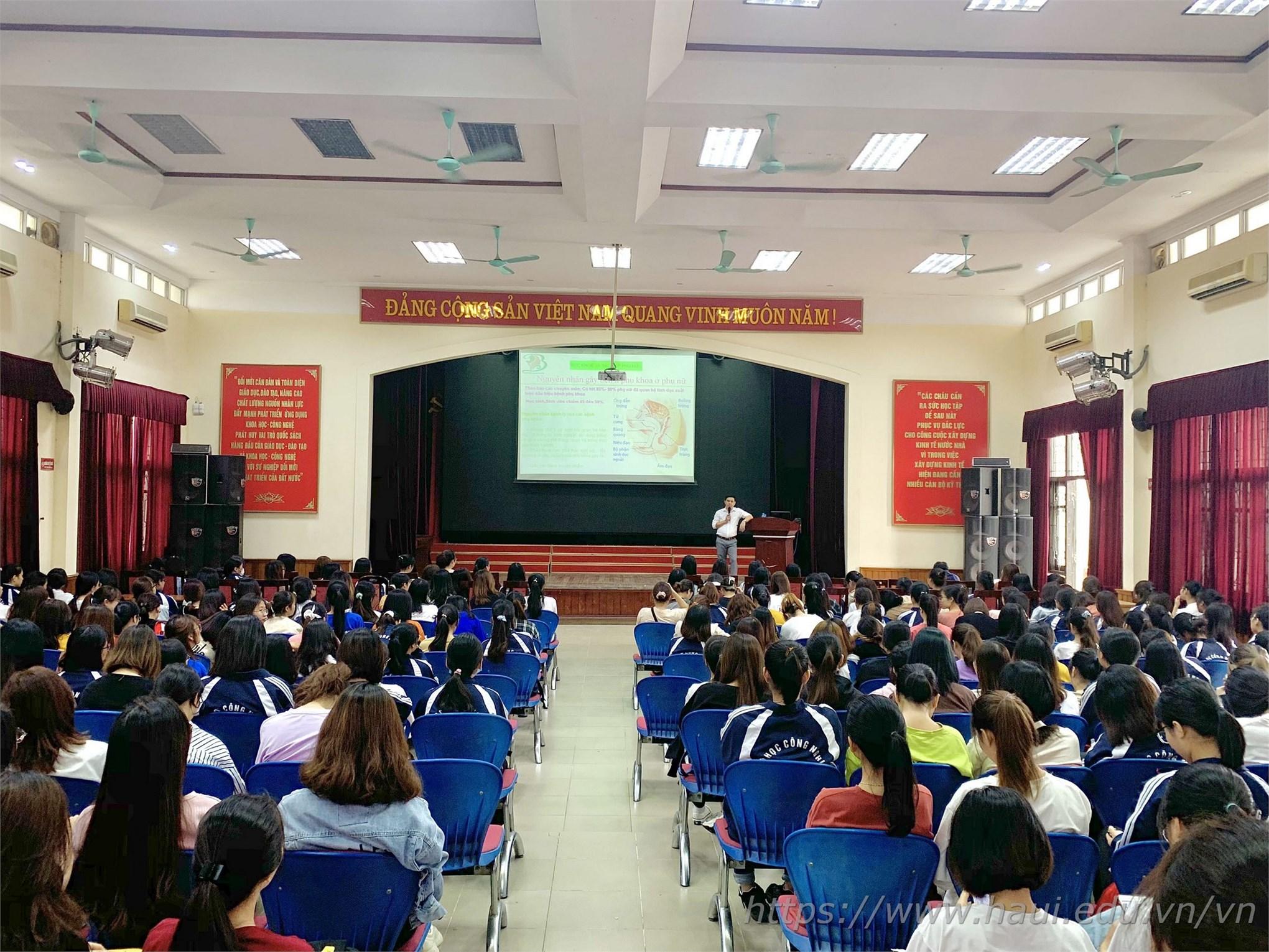 Hội trường A3 – ĐHCNHN chật kín chỗ ngồi, rất đông các bạn nữ sinh đến tham dự chương trình để lắng nghe chuyên gia chia sẻ kiến thức về sức khỏe sinh sản