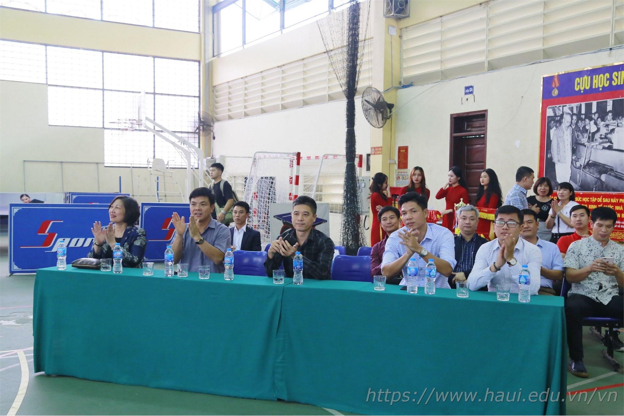 Đại biểu tham dự lễ bế mạc và trao giải Bóng rổ nam sinh viên Hà Nội 2020