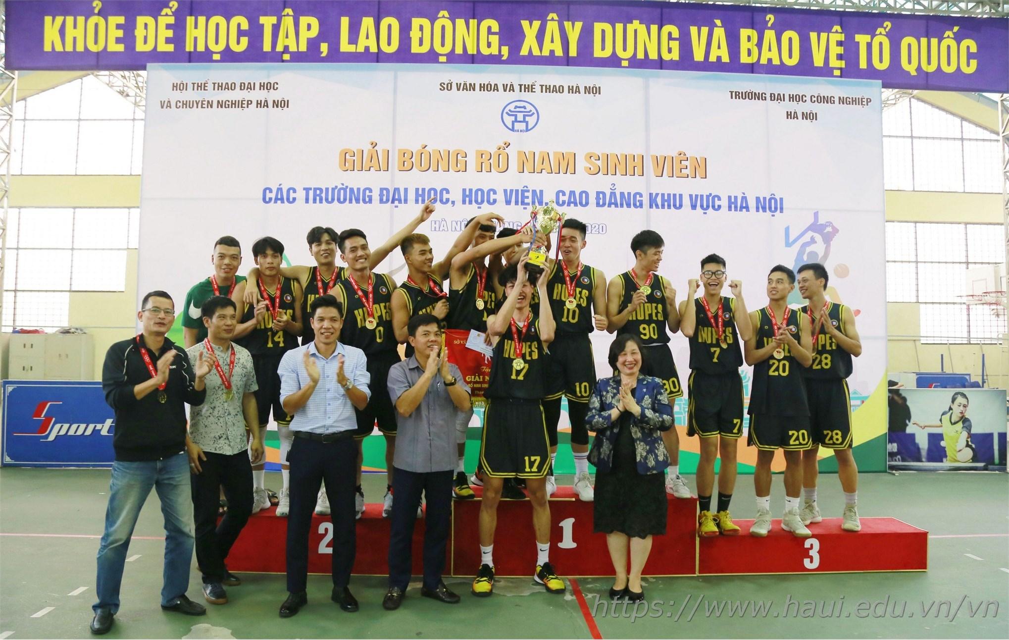 Niềm vui vỡ òa của các cầu thủ đến từ trường ĐH Sư phạm TDTT Hà Nội khi giành cúp vô địch