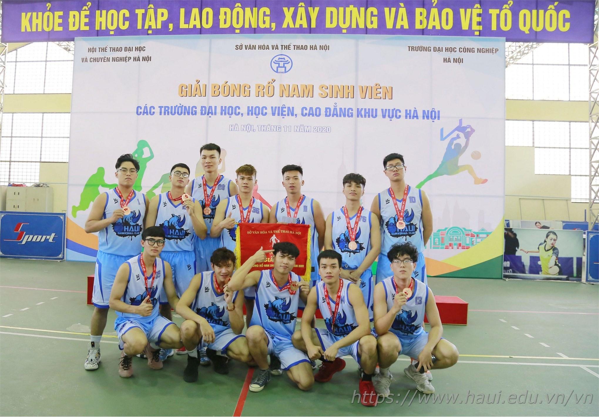 Các chàng trai đội tuyển bóng rổ nam ĐHCNHN đã có một mùa giải thành công và nhiều kỷ niệm đẹp.