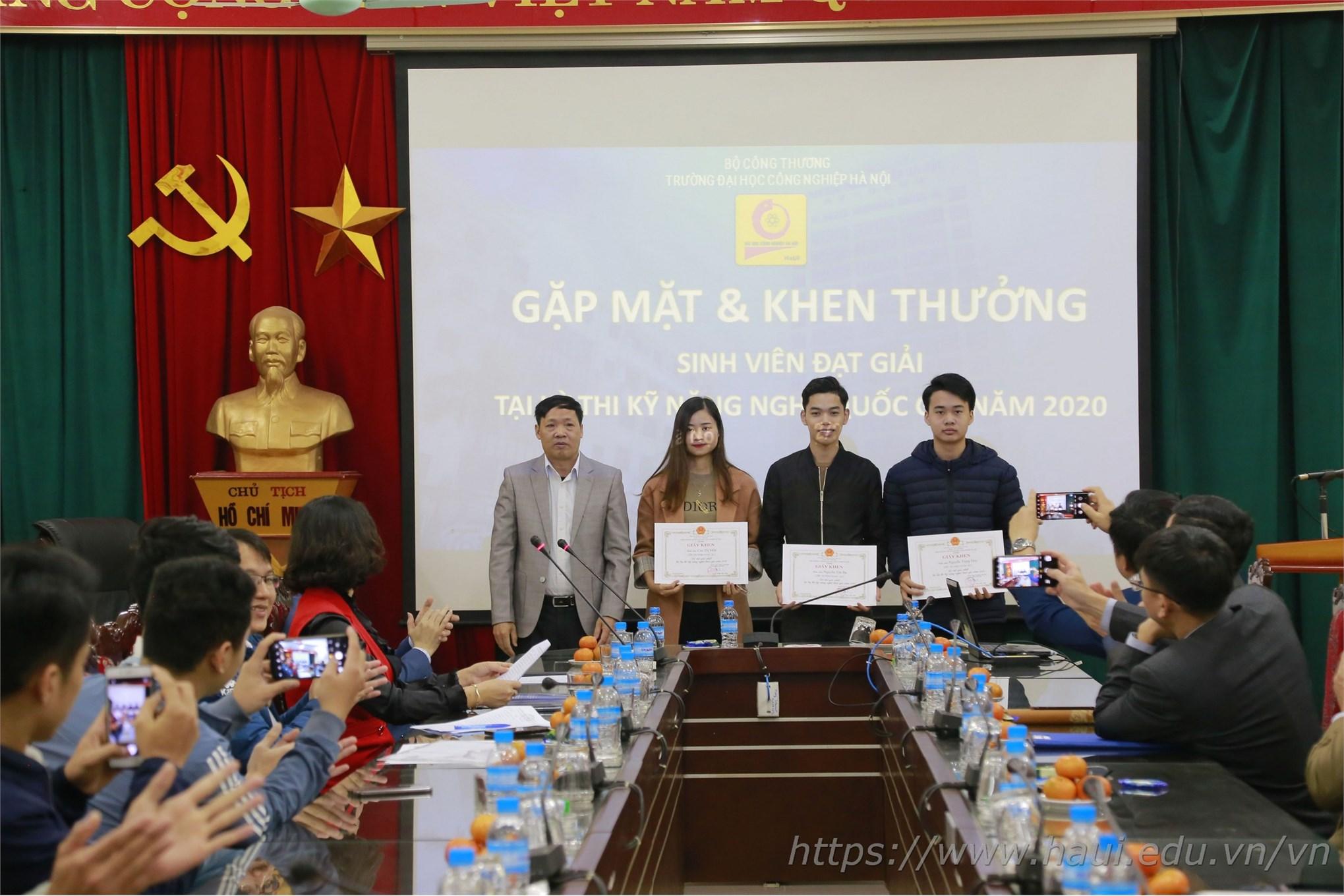 Thầy Phó Hiệu trưởng trao tặng Giấy khen cho sinh viên đạt Huy chương Vàng tại Kỳ thi KNN quốc gia năm 2020