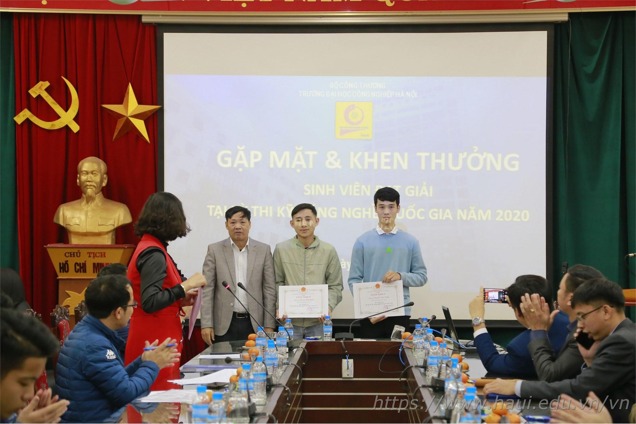 Trao Giấy khen và chúc mừng sinh viên đạt Huy chương Đồng