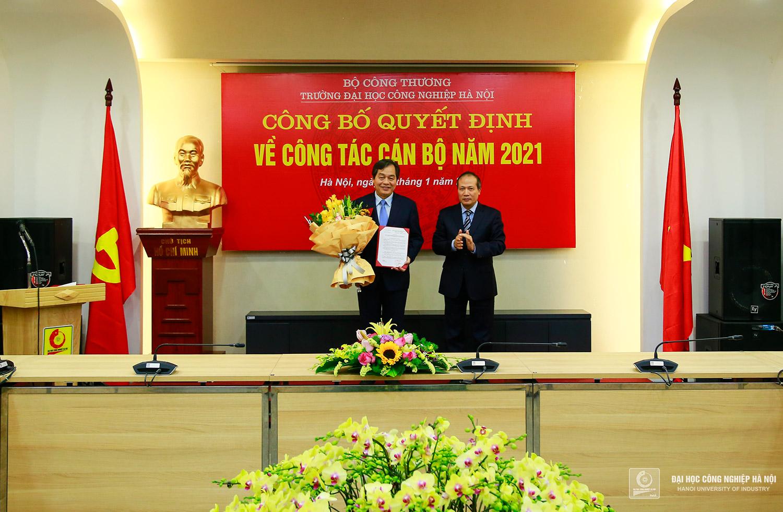 Thứ trưởng Cao Quốc Hưng trao Quyết định của Bộ Công Thương về công tác cán bộ đối với PGS.TS. Trần Đức Quý