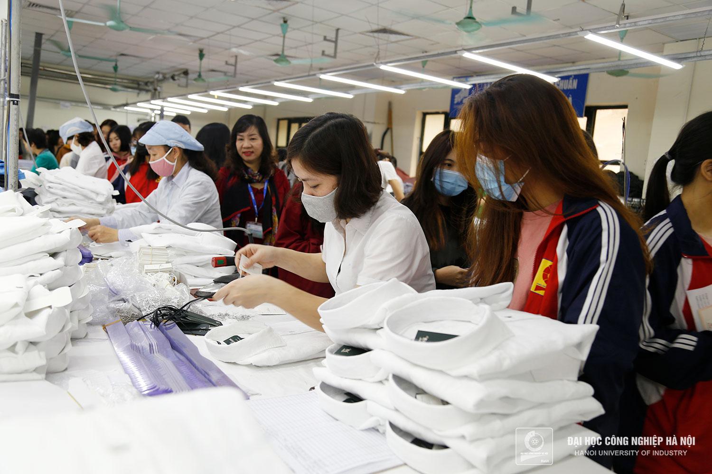HaUI students visit Garment 10 Joint-Stock Company