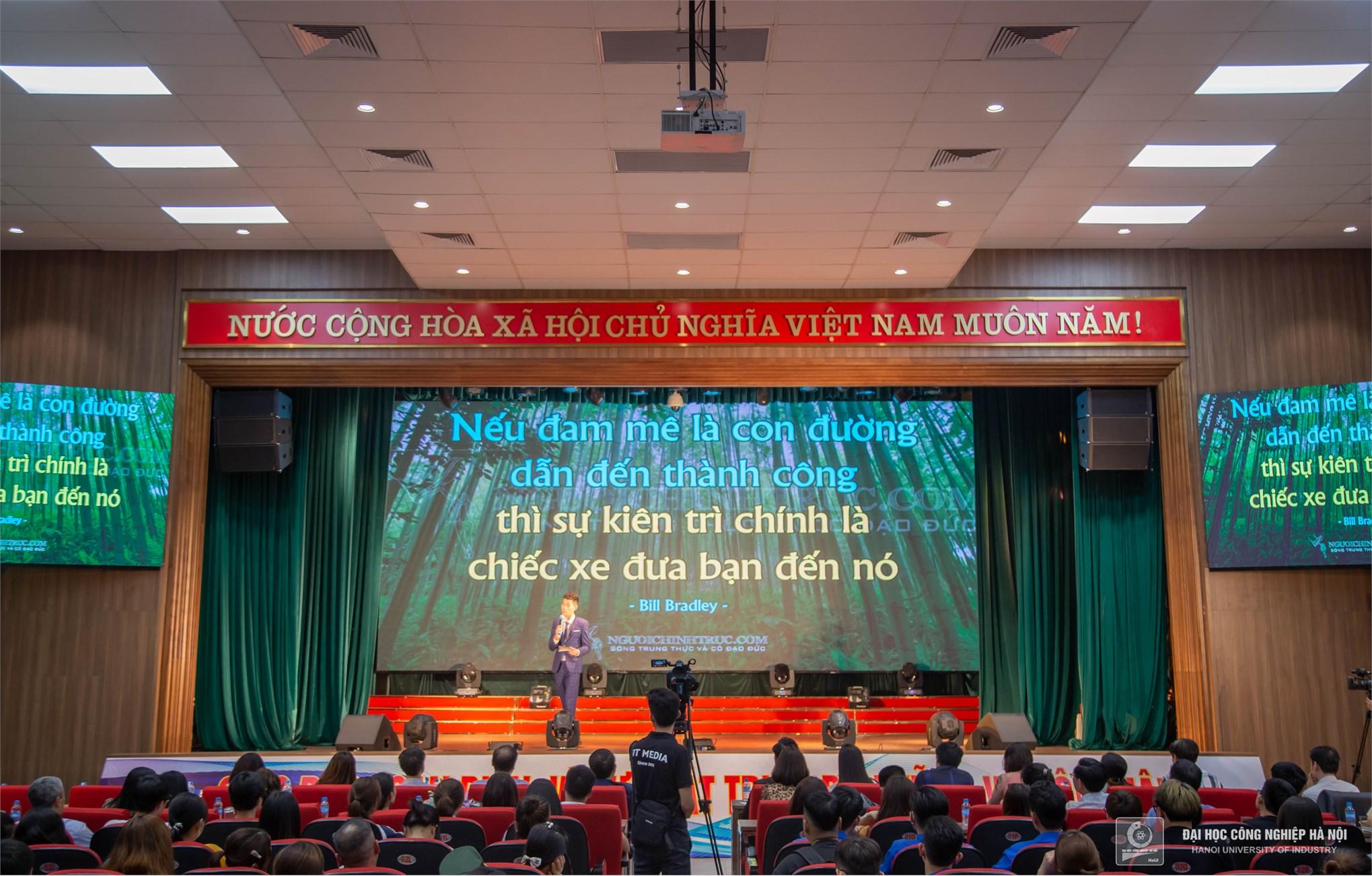 """Cặp đôi Thu Hà và Vi Văn Hữu trong phần dẫn đôi """"Liveshow ca sĩ Hà Anh Tuấn"""" đang giao lưu với khán giả"""