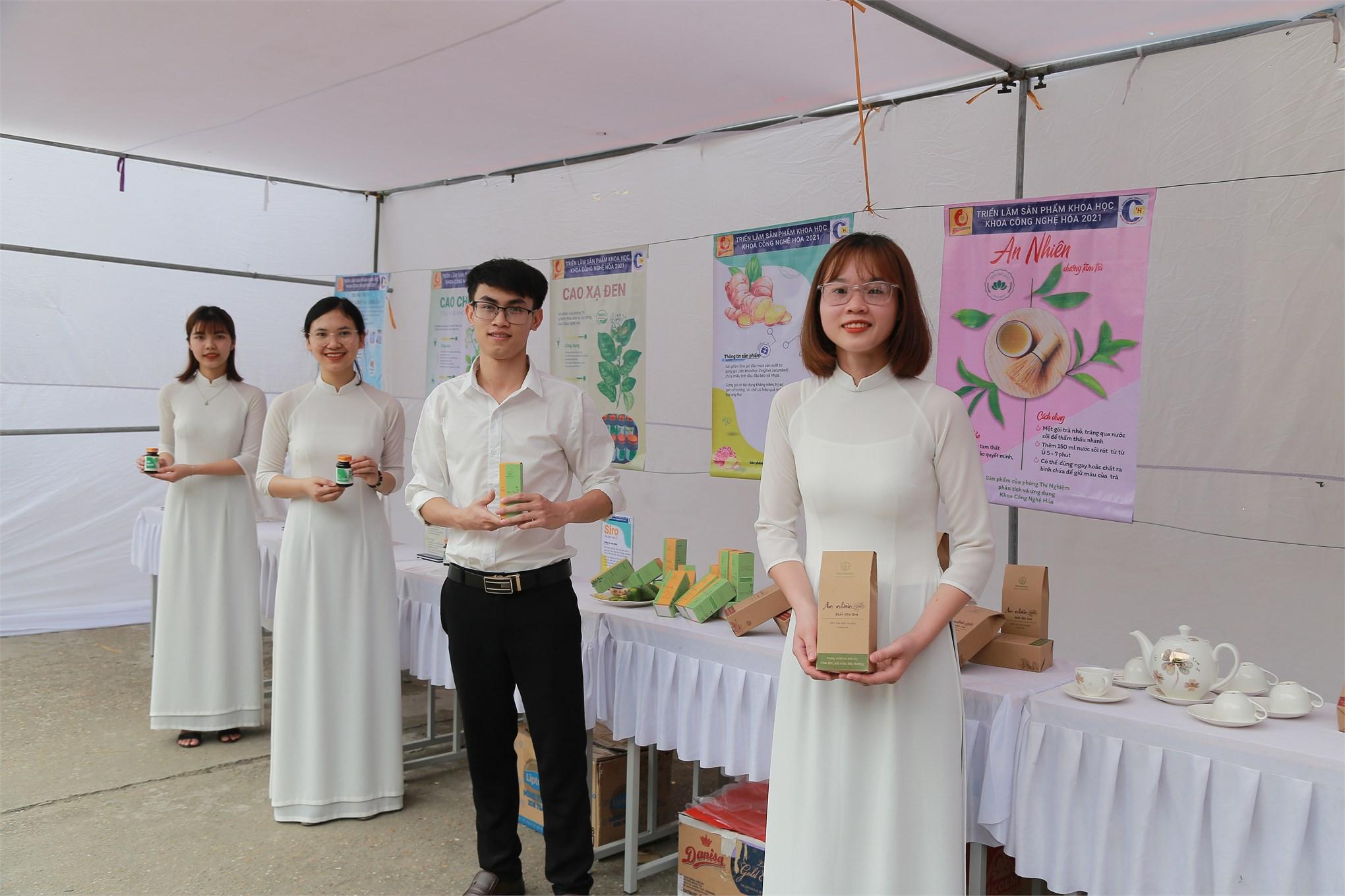 Khoa Công nghệ Hóa tổ chức Hội chợ triển lãm các sản phẩm khoa học công nghệ
