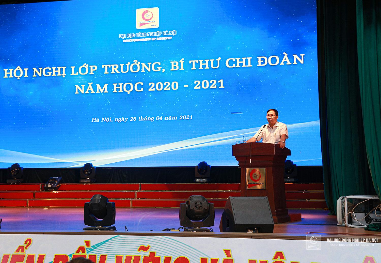 PGS.TS.Phạm Văn Bổng - Phó hiệu trưởng nhà trường trực tiếp giải đáp thắc mắc cho sinh viên