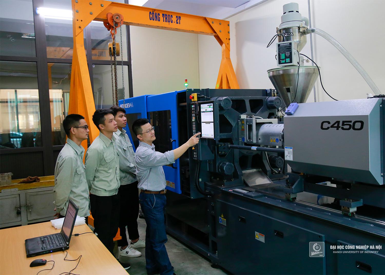 Giảng viên hướng dẫn sinh viên sử dụng máy đúc nhựa SE180EV-A hãng Sumitomo Nhật Bản