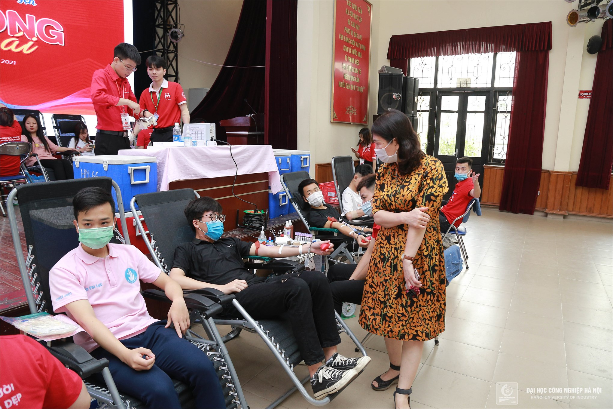 HaUI staff and students donate 1439 blood units at Voluntary Blood Donation Day 2021
