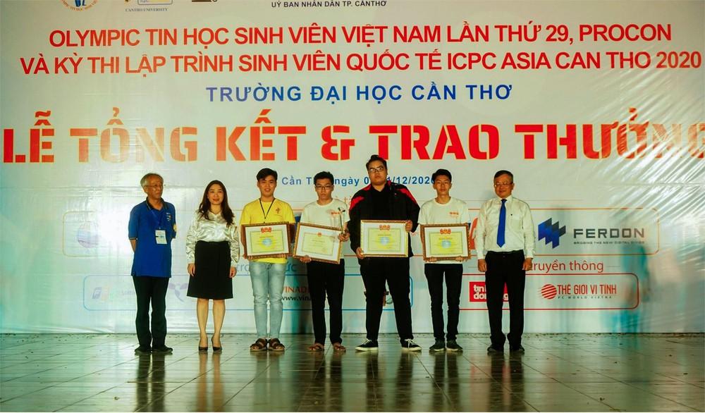 Nguyễn Trung Hải (thứ 3 từ phải sang) nhận giải tại Olympic Tin học sinh viên Việt Nam năm 2020.