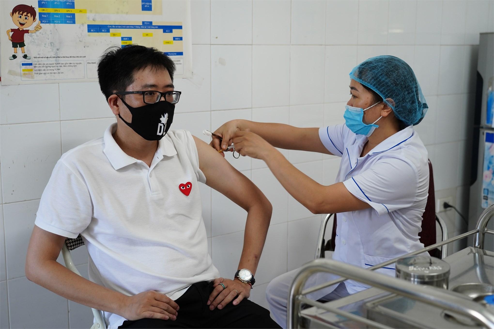 Viên chức, người lao động trường Đại học Công nghiệp Hà Nội được tiêm vắc xin COVID-19