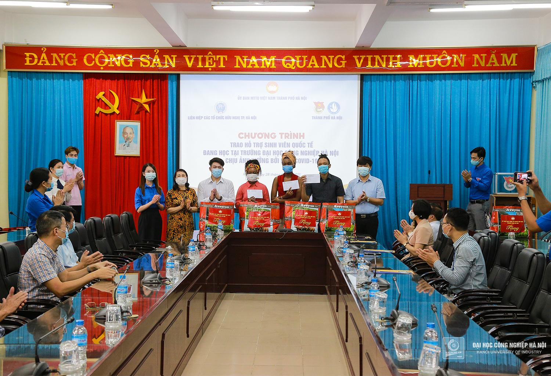 Trao quà hỗ trợ sinh viên quốc tế tại Đại học Công nghiệp Hà Nội bị ảnh hưởng bởi dịch COVID-19