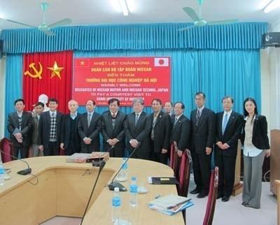 Đoàn cán bộ tập đoàn NISSAN đến thăm và làm việc với trường