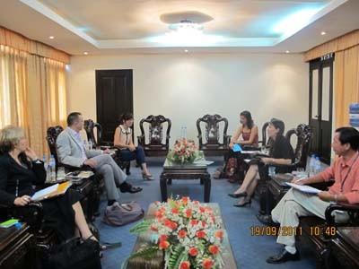 Tổ chức Batik và Nhà Thiết kế thời trang Jean Luc Francois đến thăm và làm việc với trường
