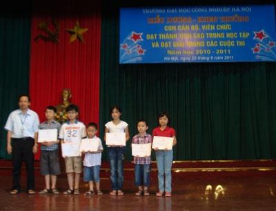 Gặp mặt biểu dương, khen thưởng con cán bộ viên chức đạt thành tích cao trong học tập và đạt giải trong các cuộc thi năm học 2010-2011